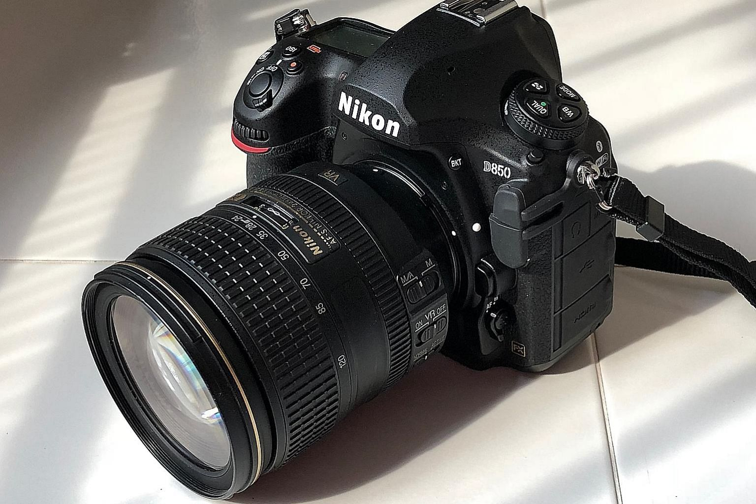 With its weather-sealed magnesium alloy body that is resistant to dust and moisture, the Nikon D850 feels solid and robust. The ergonomic grip provides you with a great grasp of the camera.