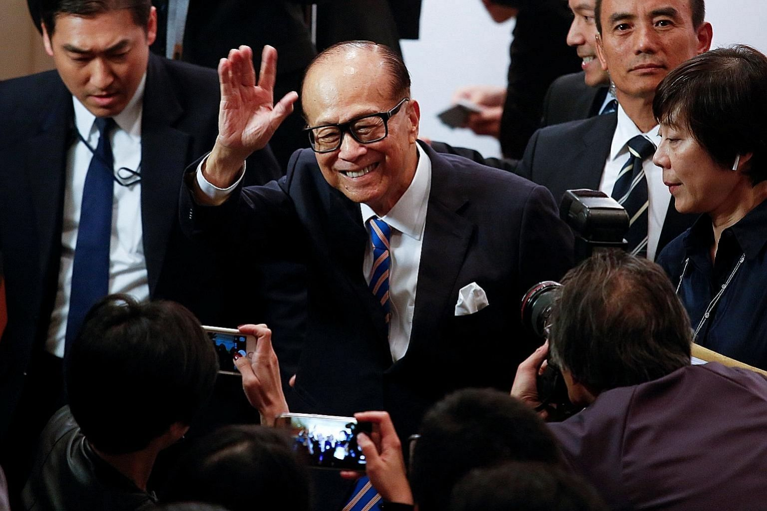 Tycoon Li Ka Shing waving goodbye after announcing his retirement as chairman of CK Hutchison Holdings last Friday.