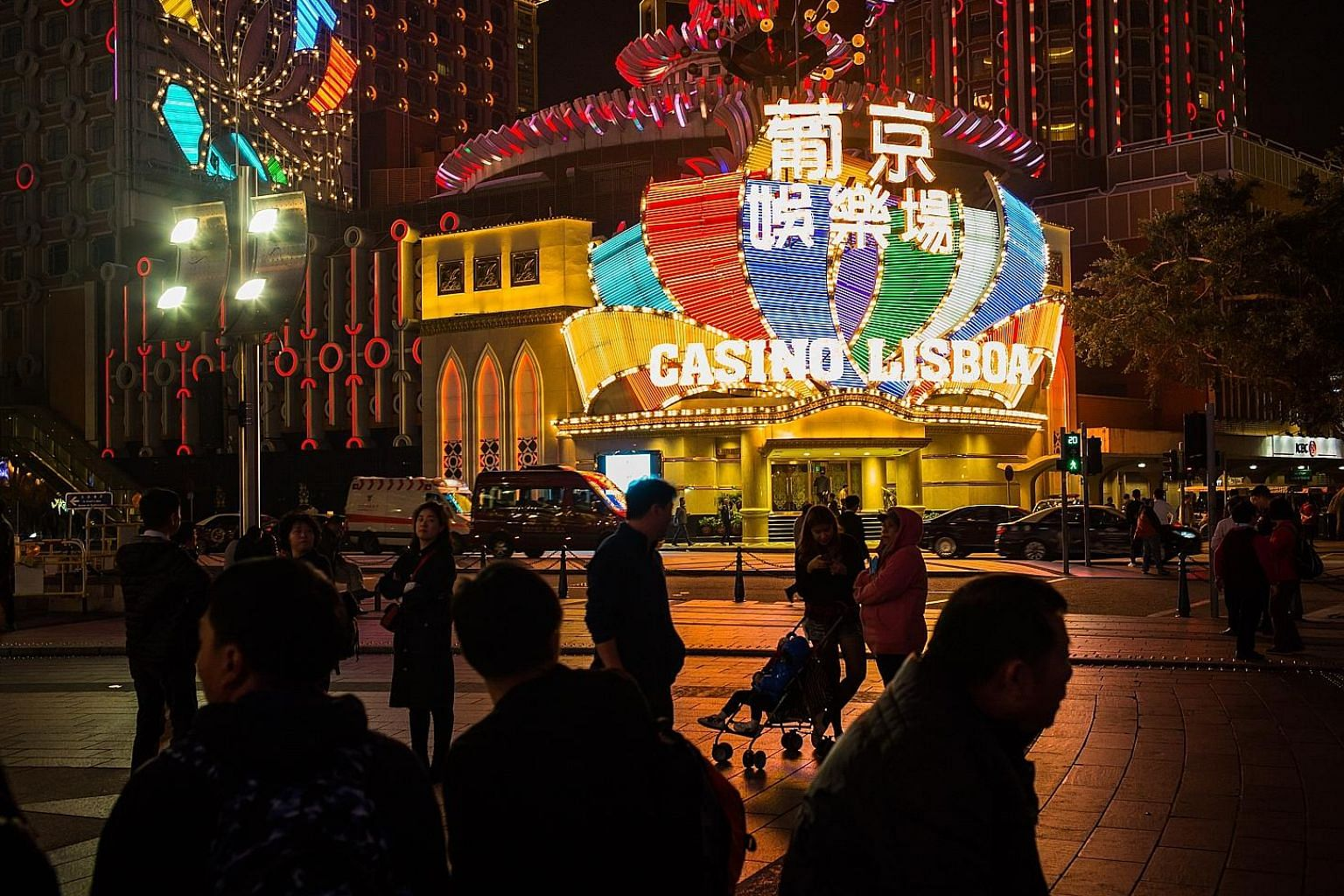 Macau gambling tycoon Stanley Ho will hand over the reins of his flagship casino empire SJM Holdings, which operates casinos like the Casino Grand Lisboa in Macau, to his daughter, Ms Daisy Ho.