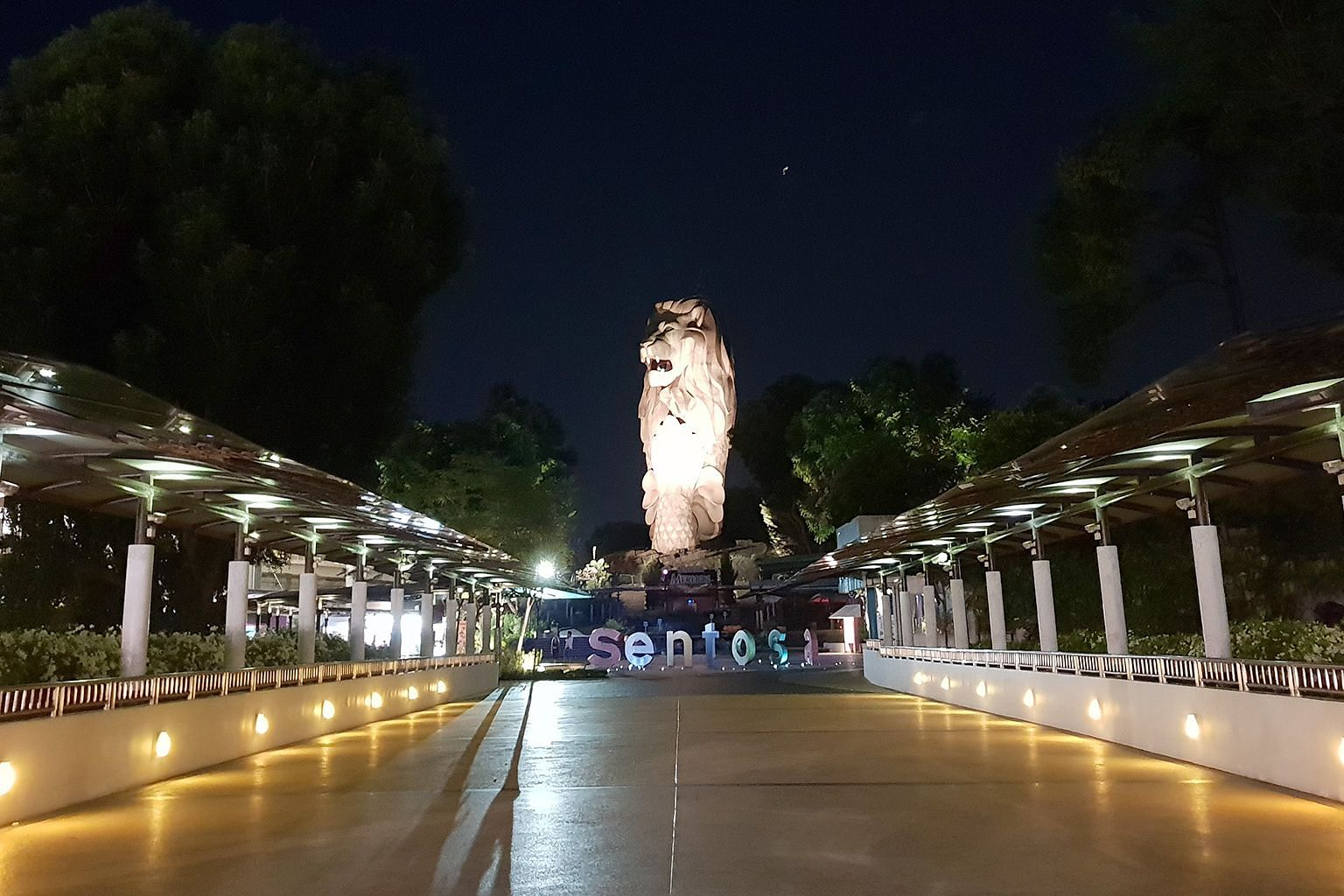 The Merlion at Sentosa. Taken using Samsung Galaxy S9+ in Pro mode with f/1.5 aperture.
