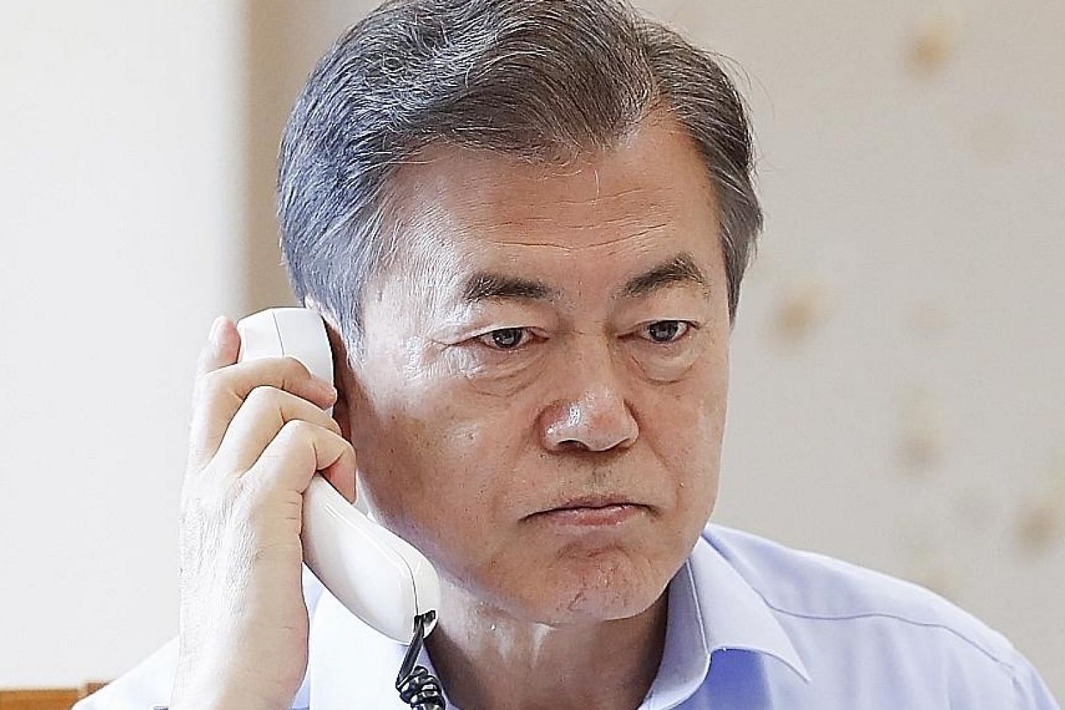 President Moon Jae In talking with President Donald Trump on the telephone at the Blue House presidential office in Seoul yesterday, ahead of their meeting tomorrow in Washington.