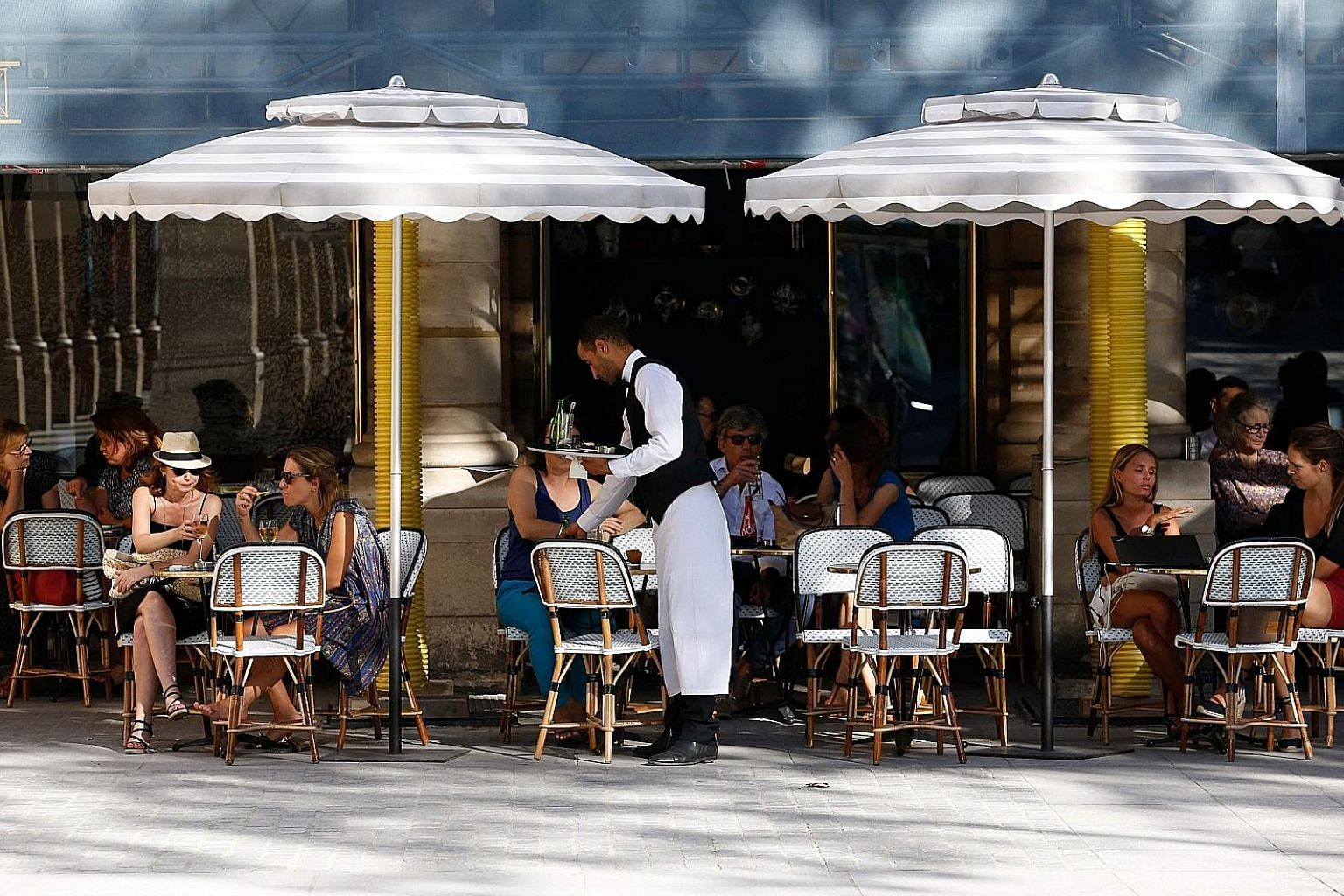 For many tourists and French citizens, Paris would not be Paris without its local bistros and sidewalk cafes. Now, a coalition of bistro owners, unions and trade organisations is lobbying to get Unesco to grant these cafes world cultural heritage sta