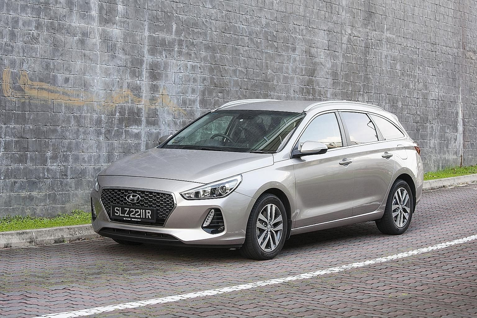 The Hyundai i30 Wagon dashboard features gadgets, such as a 9-inch infotainment screen, a wireless charging pad for smartphones, automatic dual-zone climate control, cruise control and keyless entry with push-button ignition. The Hyundai i30 Wagon ha