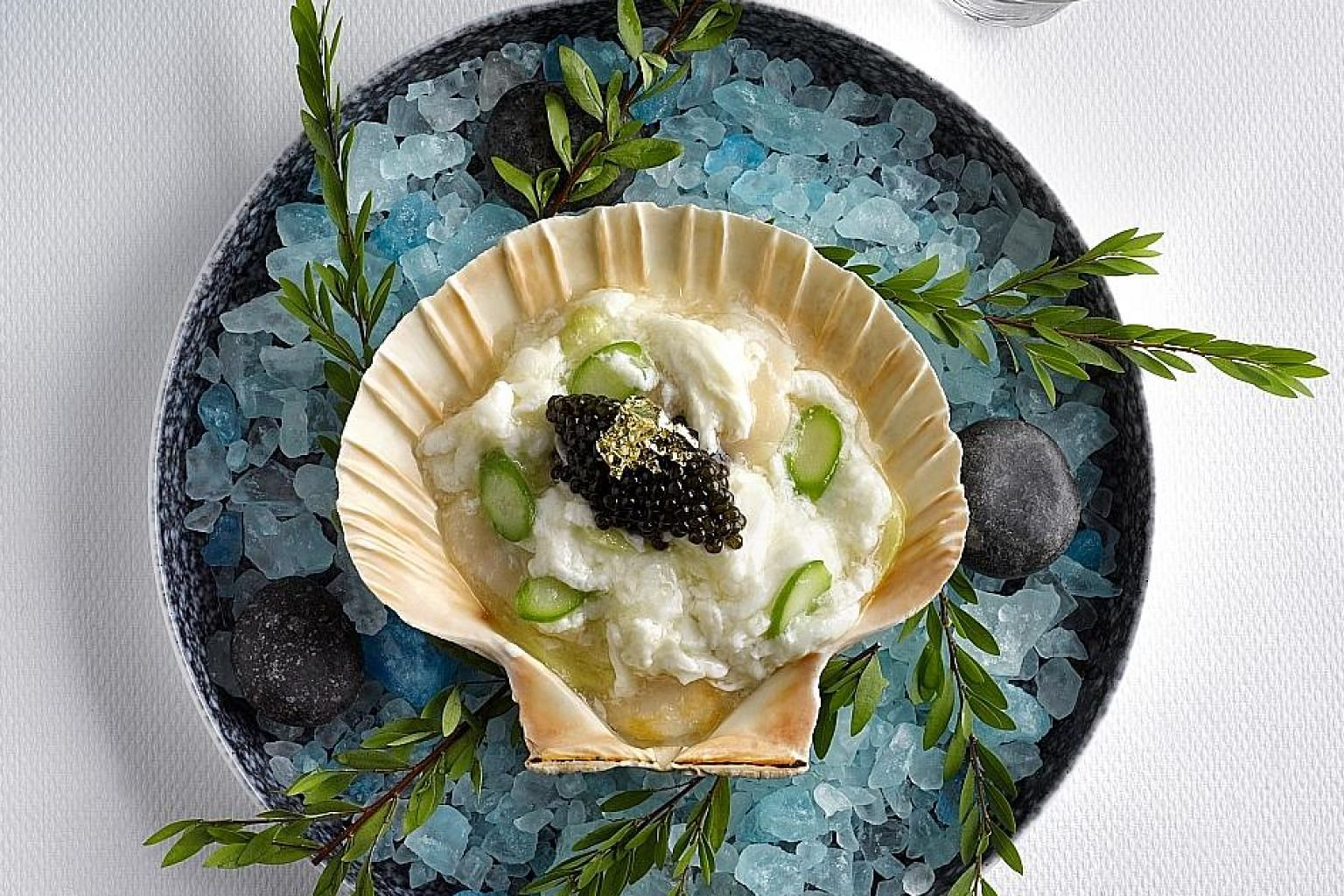 The slow-cooked Hokkaido scallop, wok-fried with organic egg white and summer asparagus and topped with oscietra caviar, is a familiar dish.