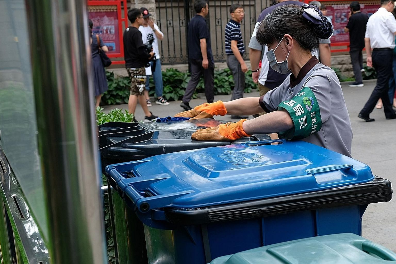 Separate bins at the Yilianxuan housing estate for kitchen waste, recycleables and non-recycleables.