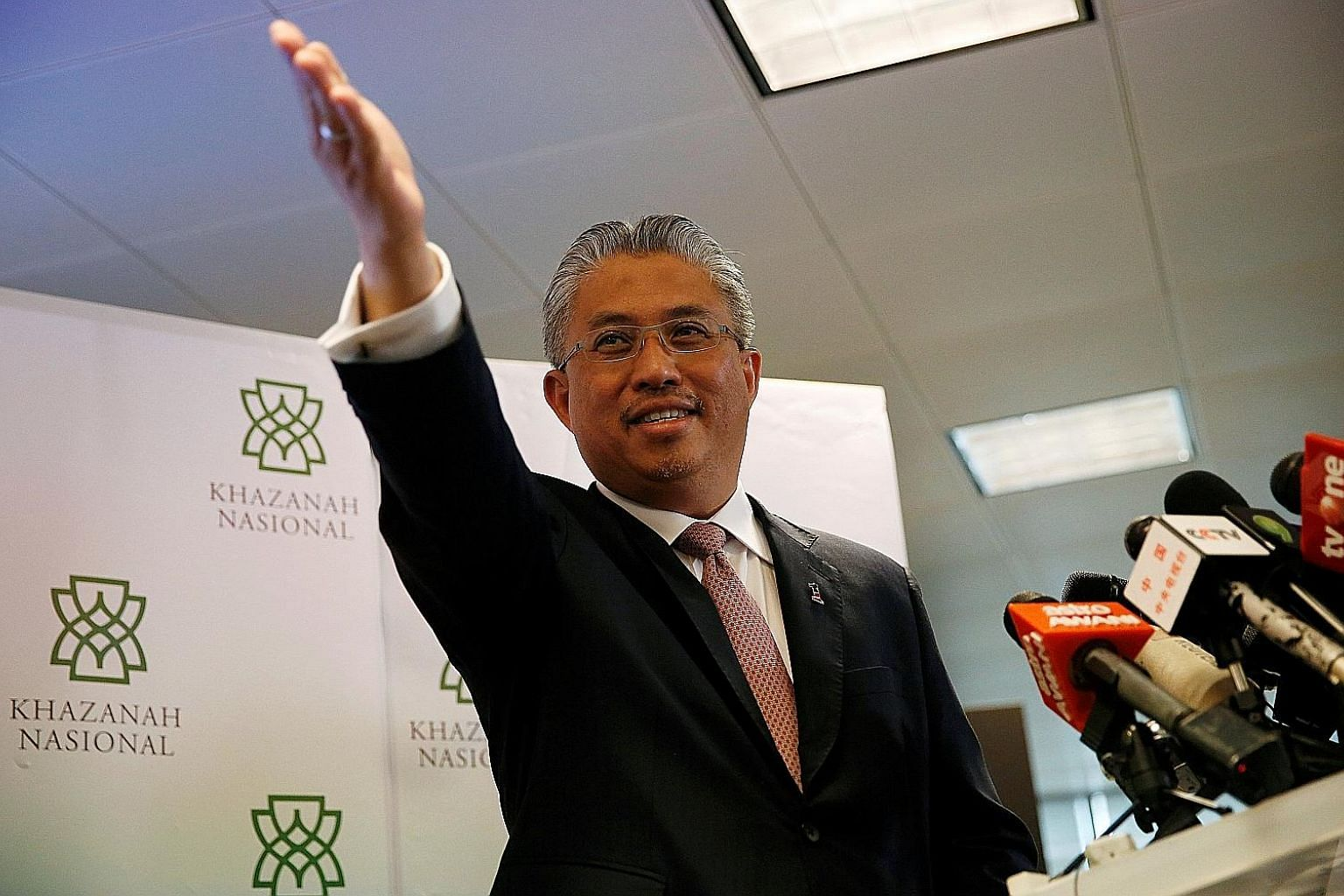 Khazanah Nasional's managing director, Tan Sri Dato' Azman Mokhtar, and the state fund's entire board offered to resign on Tuesday in the biggest management shake-up at Malaysia's state-linked firms since the new government took office.