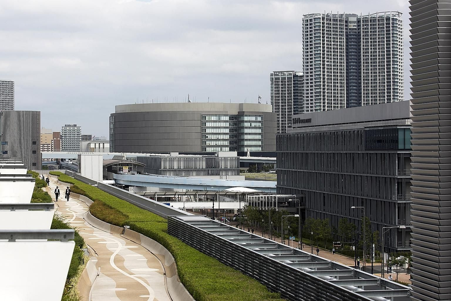 Tokyo's new Toyosu market (foreground), the $4.8 billion replacement for Tsukiji. Critics said that while Toyosu's cleanliness and construction may be cutting-edge, the structure of the market itself is stuck in 1923.