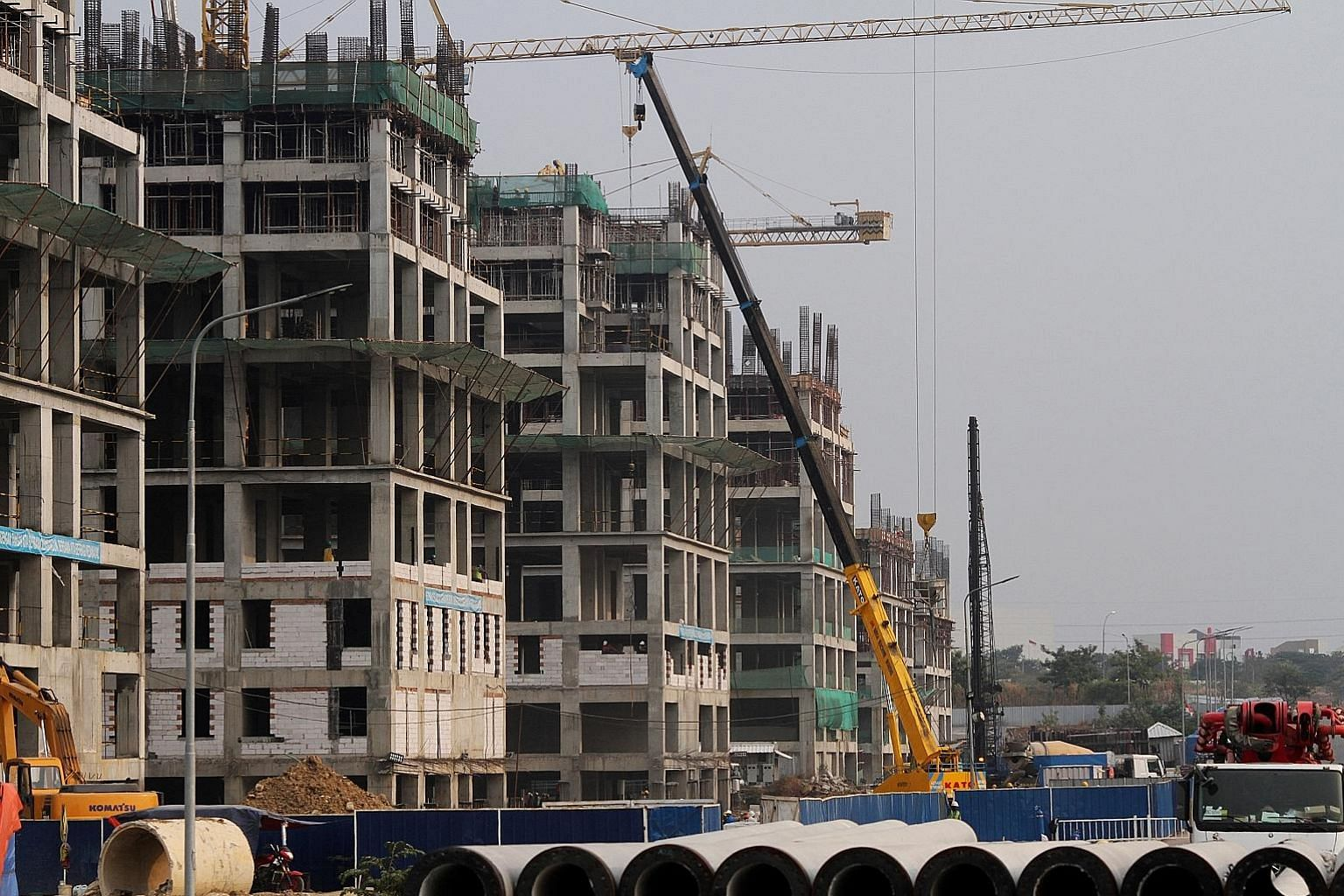 Construction of flats at the Meikarta project in Bekasi this week. The raids come after the arrests of two Lippo consultants and an employee accused of trying to pay off city officials to obtain property permits for the project.