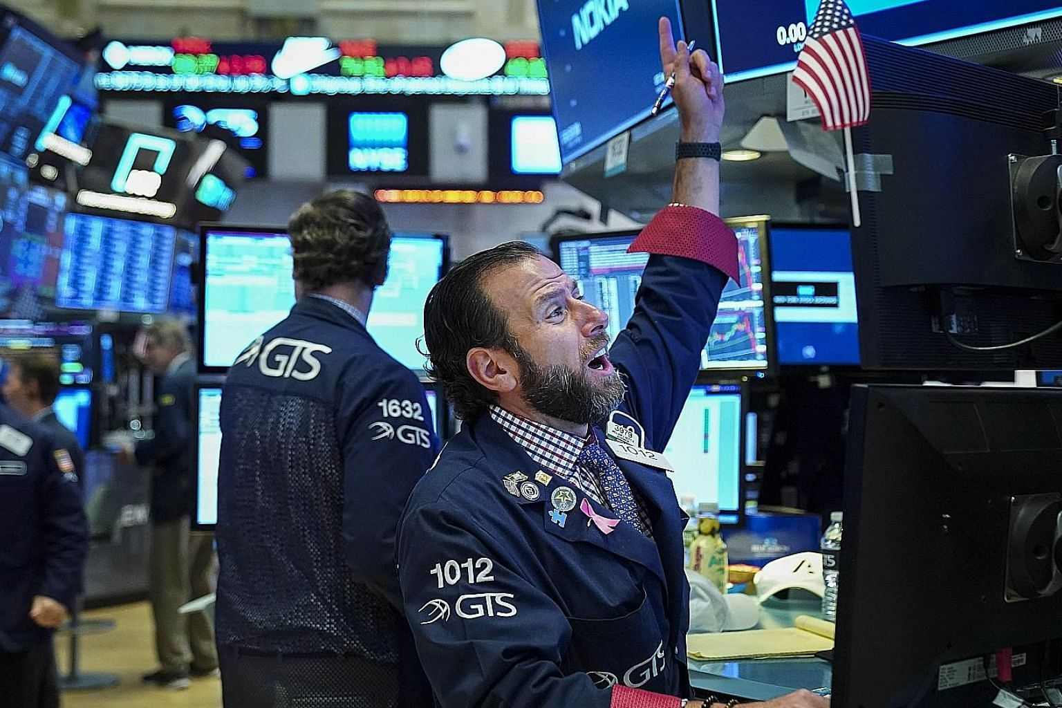 The US earnings reporting season kicks into full gear this week, with results expected from more than 200 companies. Wall Street's focus will be on tech firms, carmakers and oil majors, among others. Analysts expect volatility to continue to persist