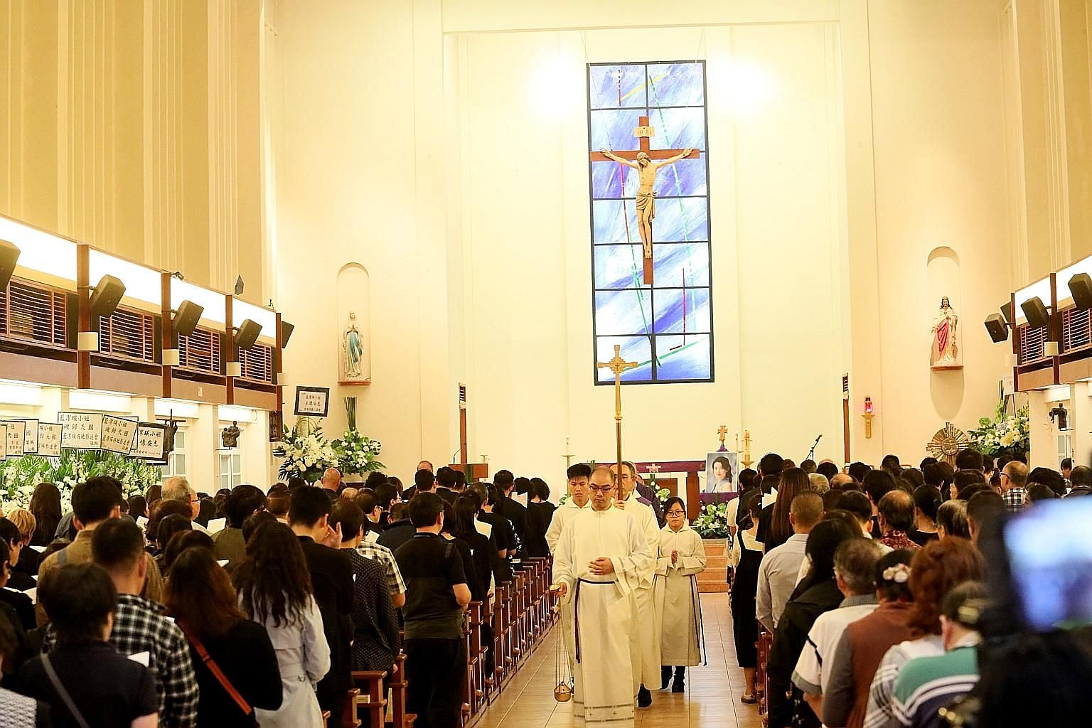 Fans and celebrities from the Hong Kong entertainment world attended the memorial service for the late TVB actress Yammie Lam at St Anne's Church in Stanley last Friday.