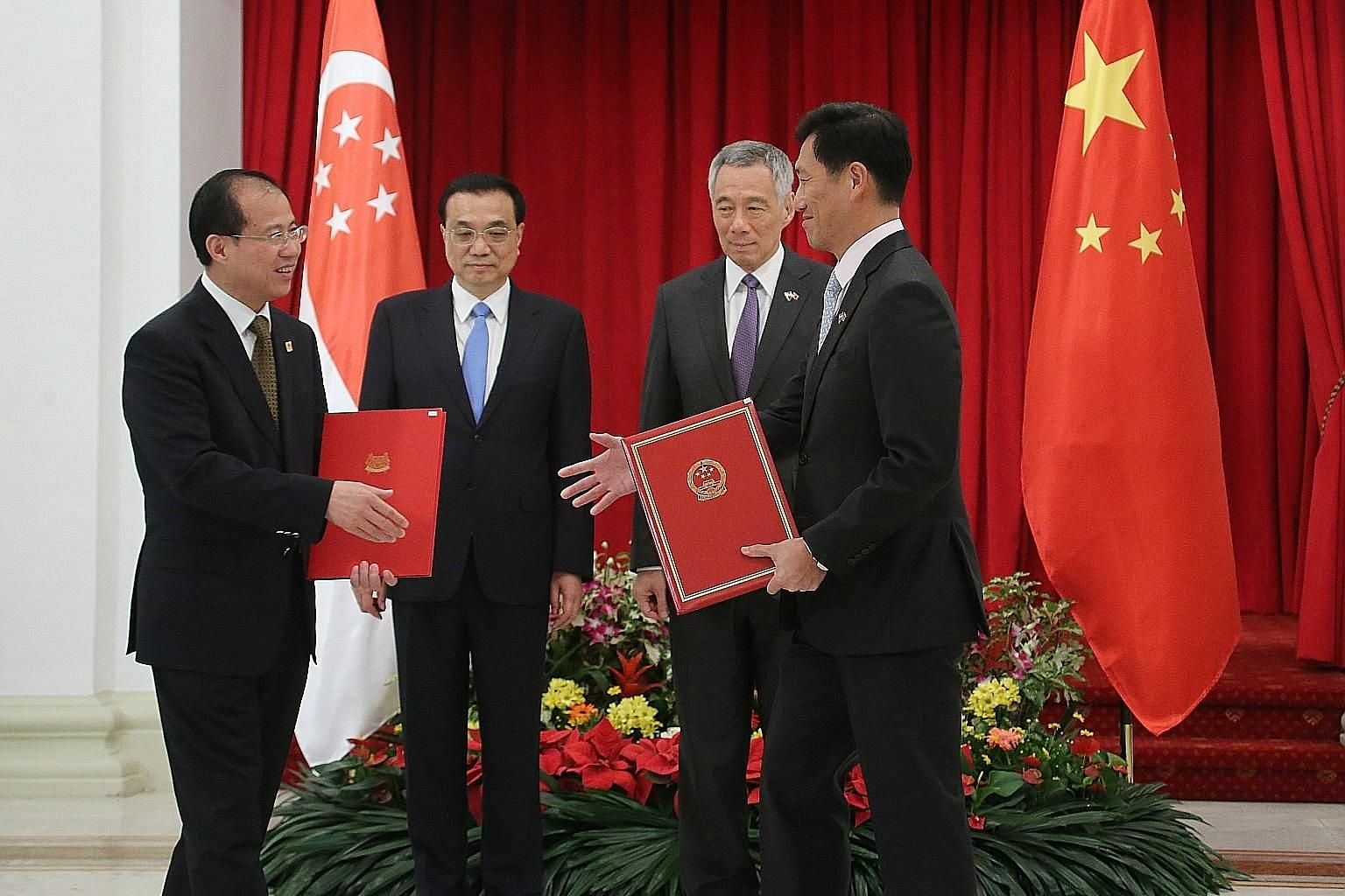 Chinese Premier Li Keqiang and Singapore Prime Minister Lee Hsien Loong looking on during an MOU exchange between China's International Trade Representative and Vice-Minister of Commerce Fu Ziying (left) and Education Minister Ong Ye Kung at the Ista