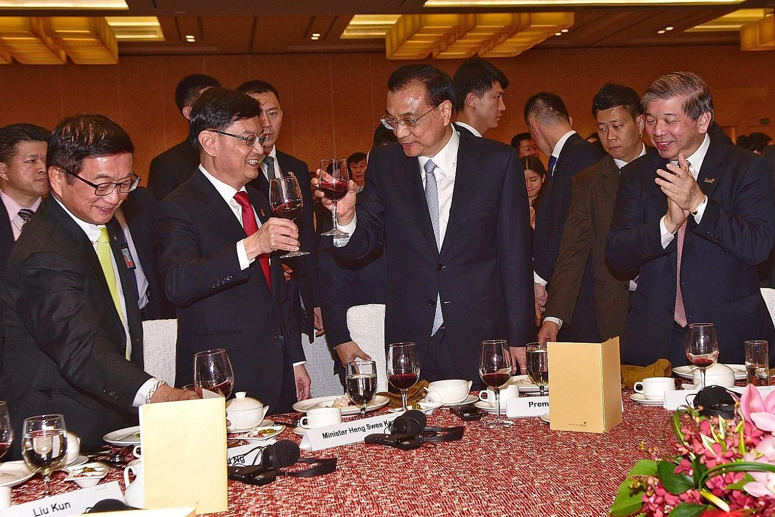 Visiting Chinese Premier Li Keqiang exchanging a toast with Finance Minister Heng Swee Keat at a welcome dinner yesterday hosted by the Singapore Chinese Chamber of Commerce and Industry (SCCCI) and Singapore Business Federation (SBF). With them are