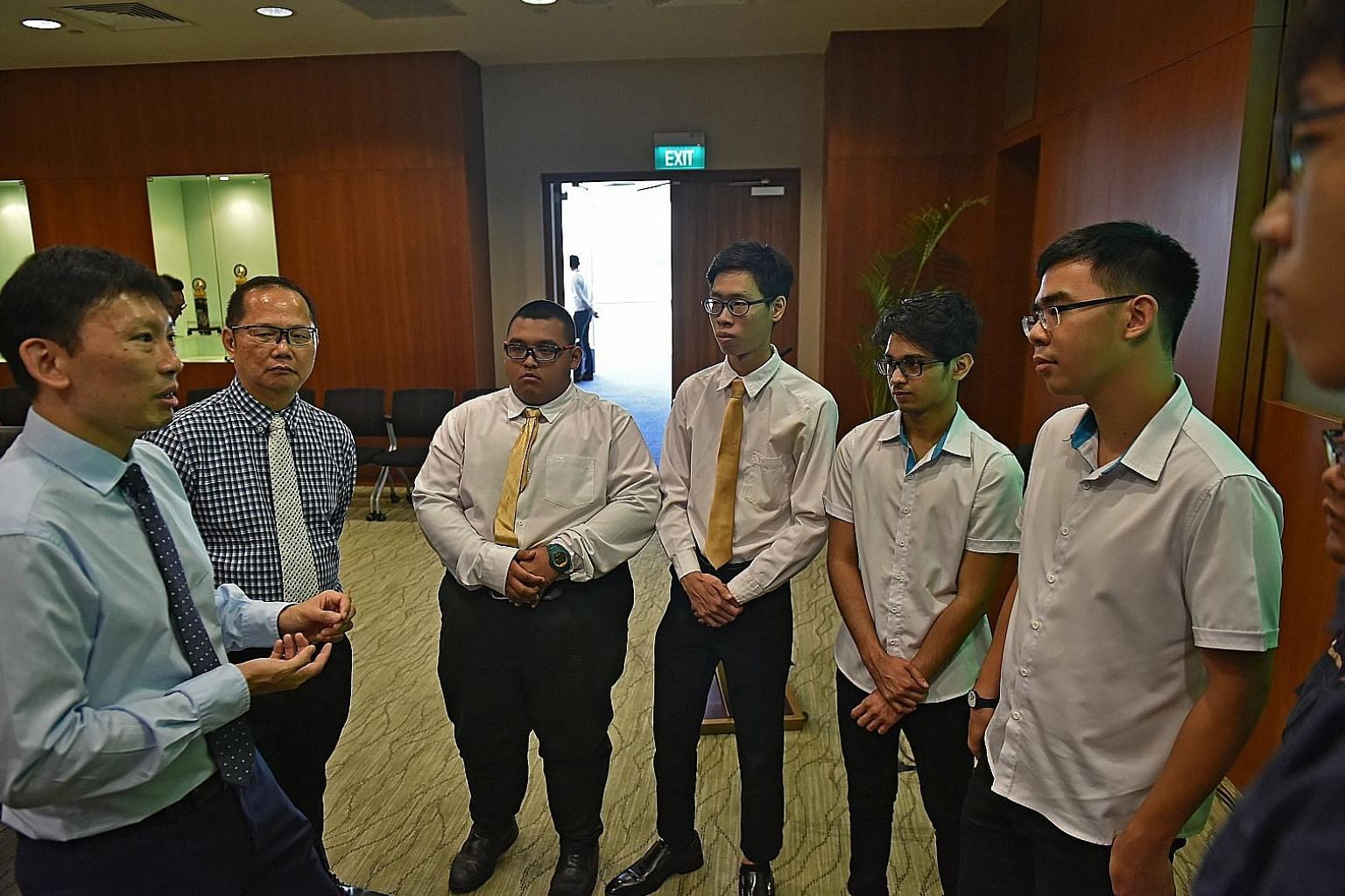 (From left) Senior Minister of State for Trade and Industry and Education Chee Hong Tat and ITE College East principal Yek Tiew Ming, with students Akid Ali Liaqaat Ali, Javiel Chng, Shaon Suppiah and Theodore Chong, at ITE Headquarters yesterday. IT