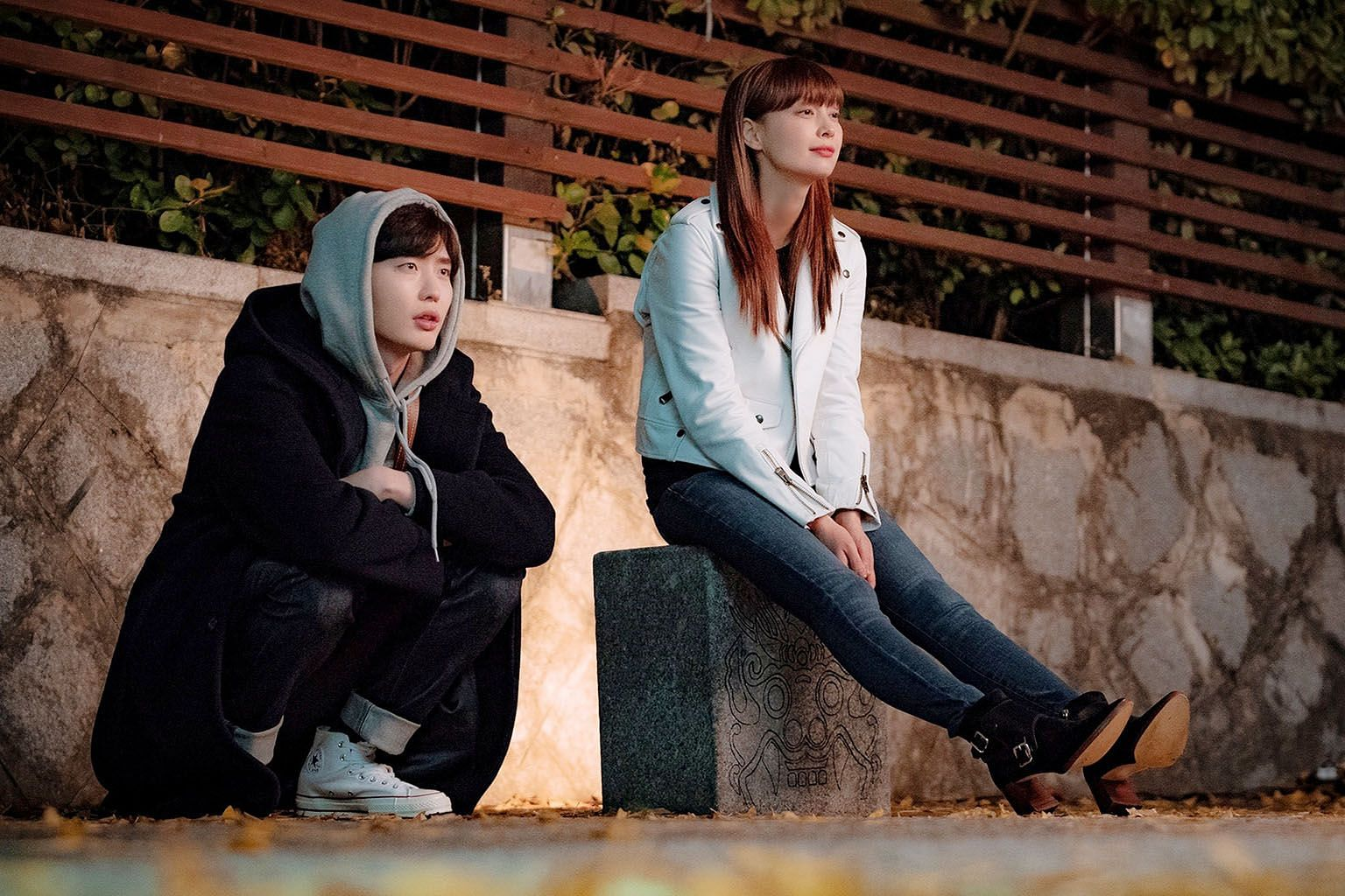 In Romance Is A Bonus Book, Lee Jong-suk plays an editor-in-chief who has carried a torch for his older friend, a divorcee played by Lee Na-young (both above).