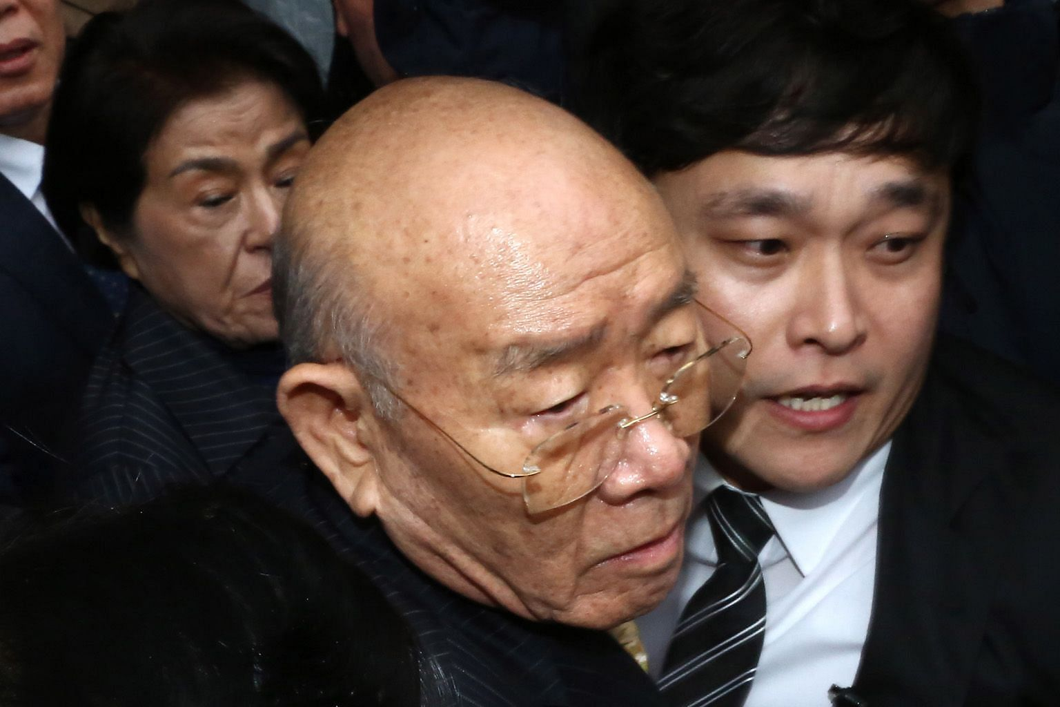 Former president Chun Doo-hwan at the Gwangju District Court yesterday for a libel trial. He has denied defaming the late priest Cho Chul-hyun.