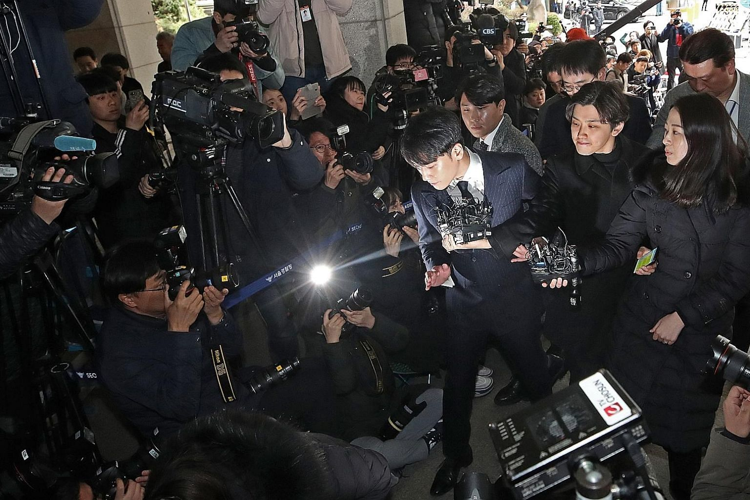 Seungri, a member of K-pop boy band BigBang, arriving at the Seoul Metropolitan Policy Agency last Thursday for questioning on suspicion that he drugged girls and sent them to VIP customers of a club that he co-owned. He was later found to be in a ch