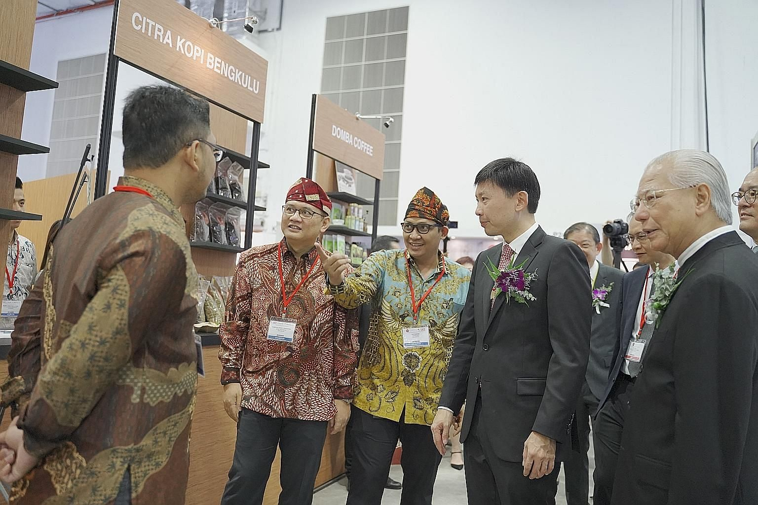 Mr Chee Hong Tat (second from right) visiting the Indonesia Coffee Pavilion at Cafe Asia 2019, held alongside the Restaurant Asia 2019 expo.