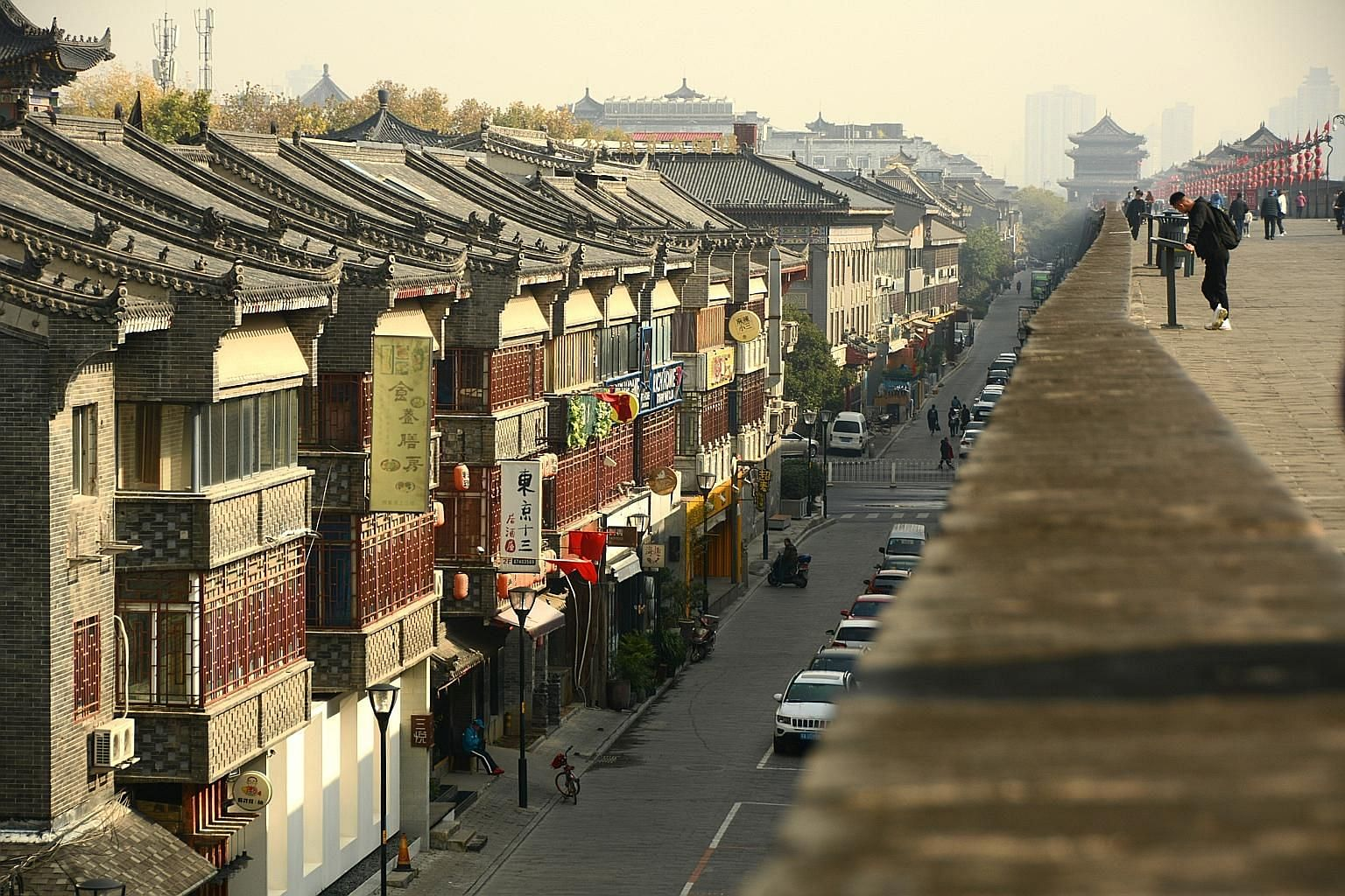 Poetry and painting flourished during the Tang dynasty and the works of famous poets are commemorated in the Daming Palace grounds. The 600-year-old wall in Xi'an gives a good view of the older parts of the city below. The top spans more than 10m wid