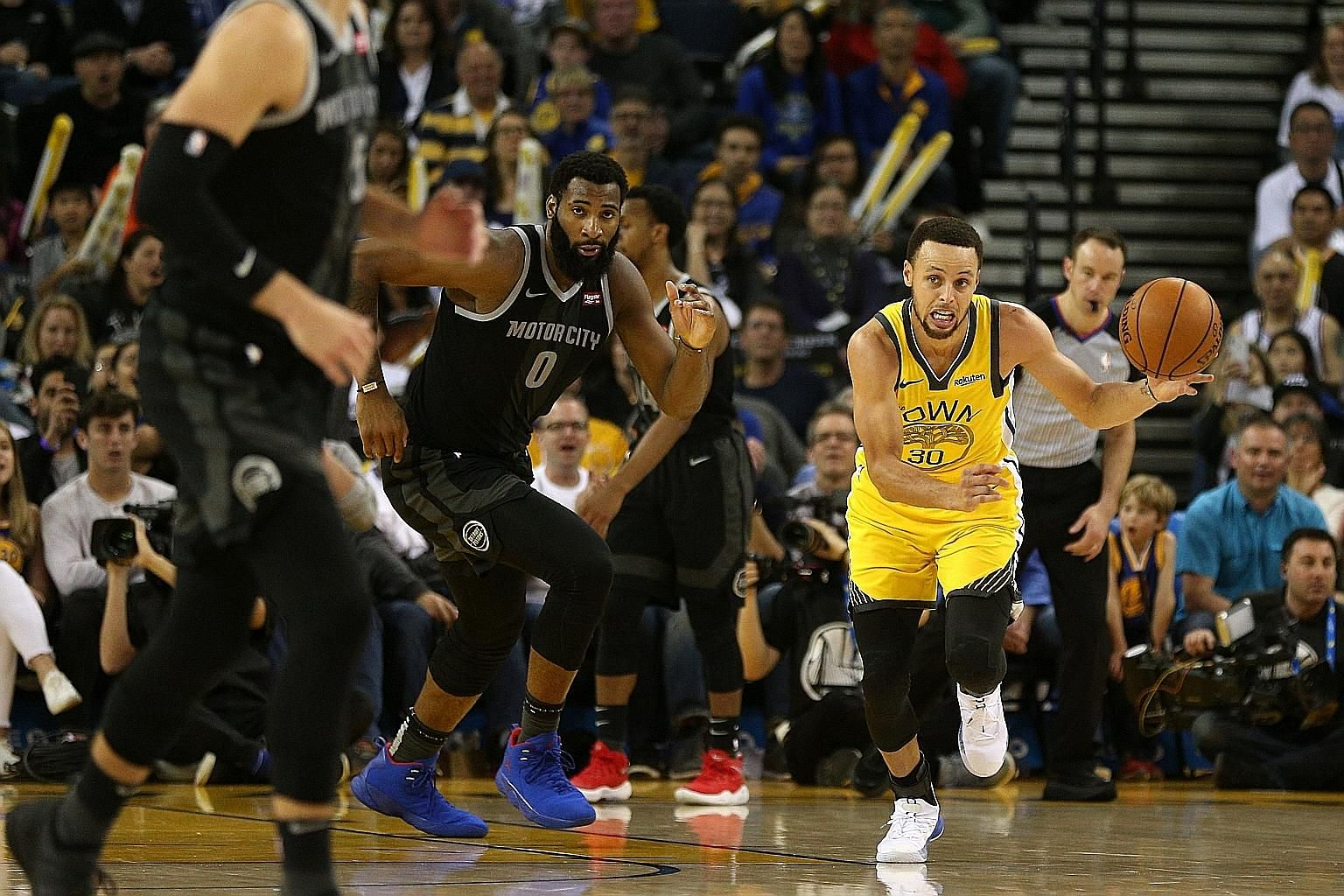 Golden State guard Stephen Curry, refreshed after resting on Saturday, was the game's top scorer as his team beat Detroit 121-114 at home.