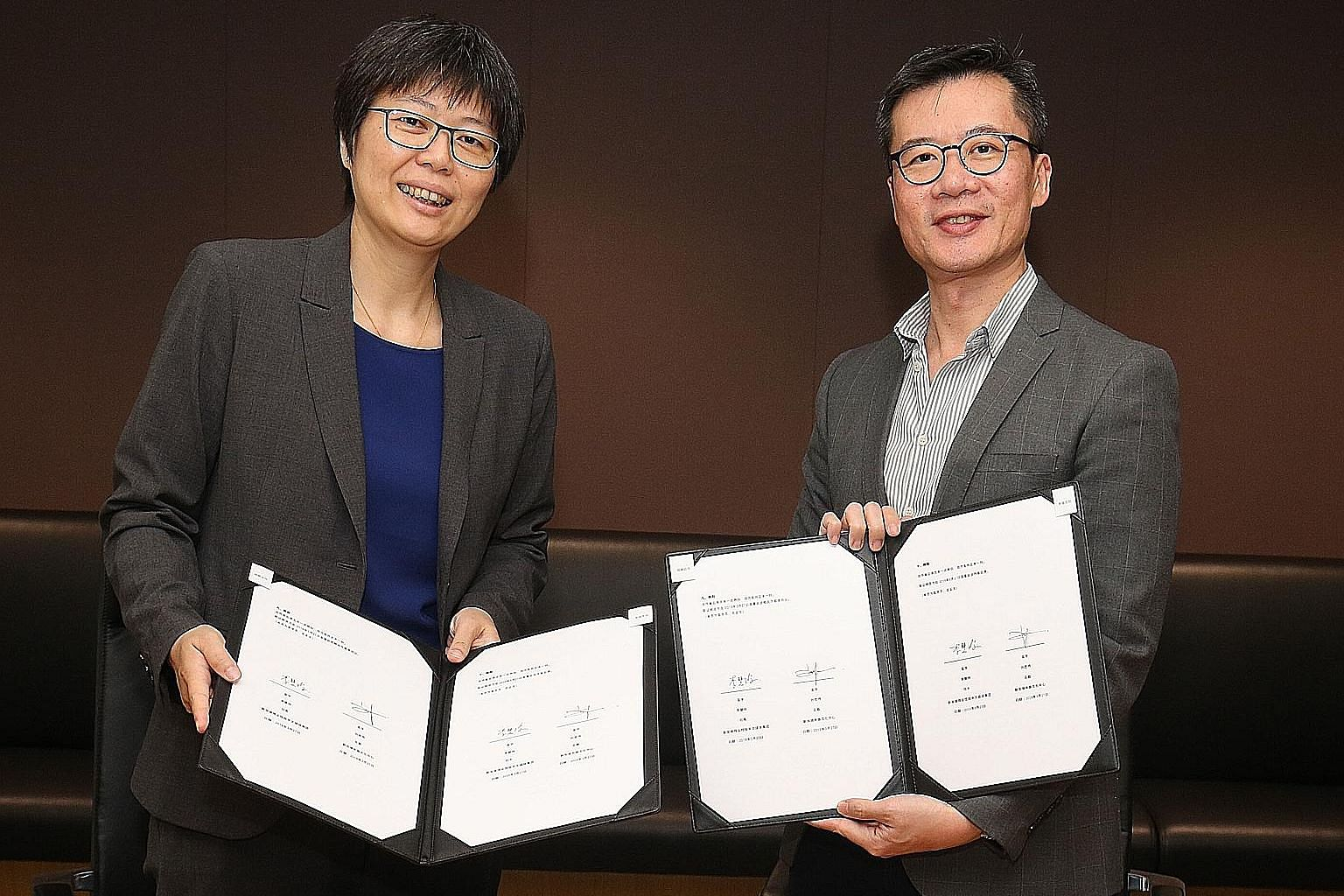 Ms Lee Huay Leng, head of SPH's Chinese Media Group (far left), and Mr Low Sze Wee, CEO of the Singapore Chinese Cultural Centre, at the signing of the memorandum of understanding on Wednesday. The partnership aims to introduce a wider variety of pro