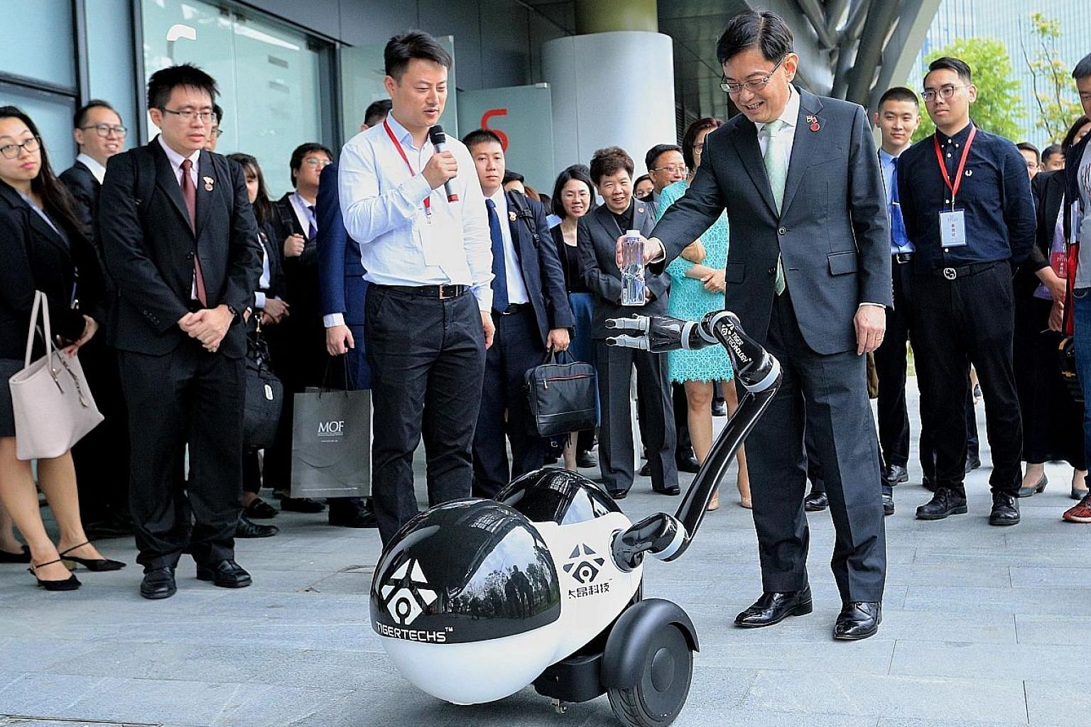 Deputy Prime Minister Heng Swee Keat interacting with a robot yesterday while on a tour of the Zhangjiang International Innovation Harbour, an artificial intelligence hub in Shanghai.