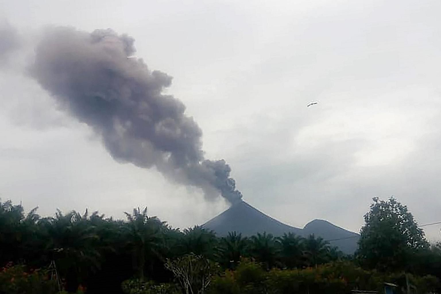 Papua New Guinea's Mount Ulawun volcano spewing ash into the air. Thousands fled when the volcano erupted on Wednesday. PHOTO: AGENCE FRANCE-PRESSE