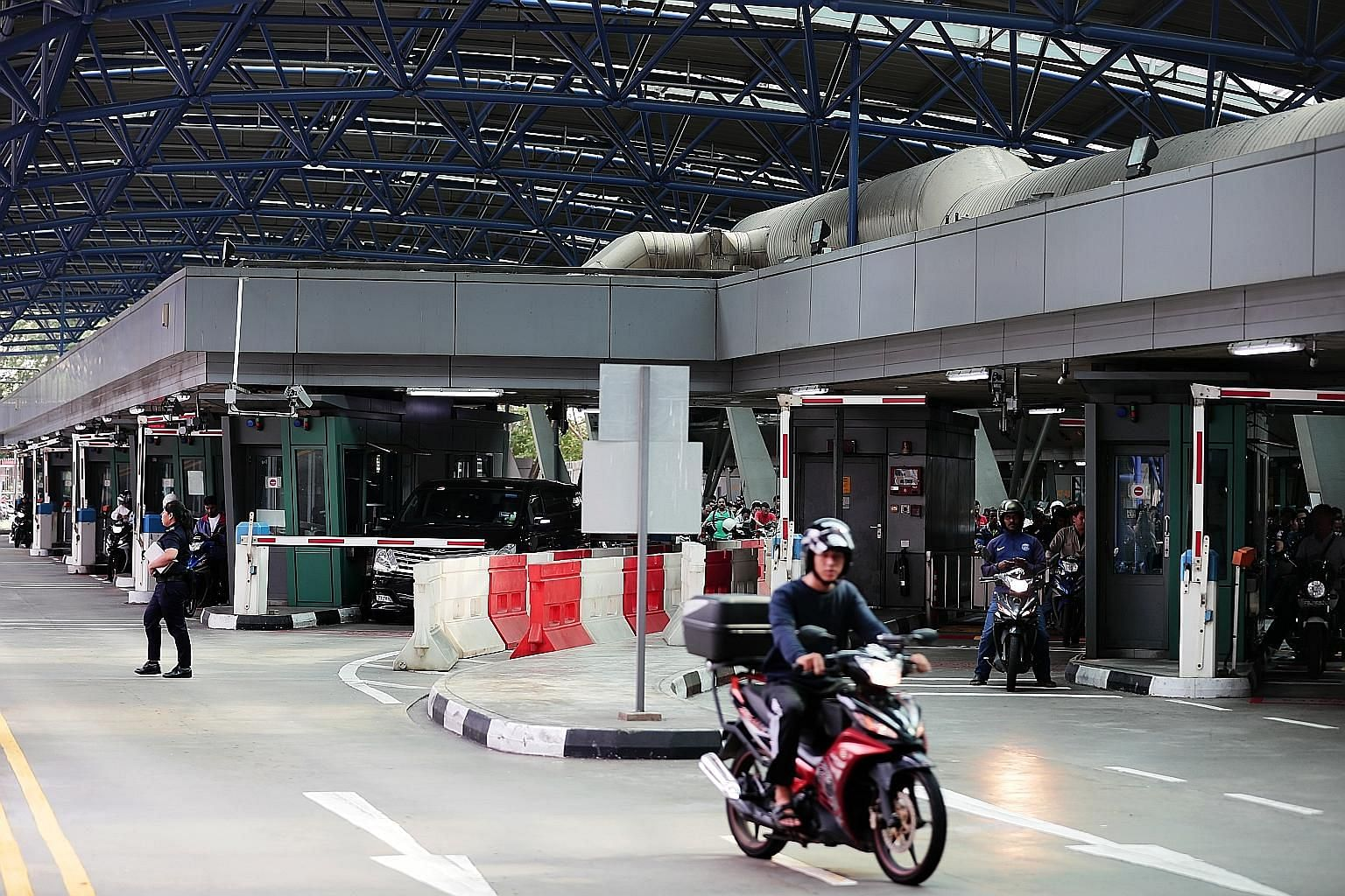 Motorists at Woodlands Checkpoint. A Cabinet committee in Malaysia is considering having a single agency at its border and checkpoints to reduce traffic congestion at the country's border with Singapore.