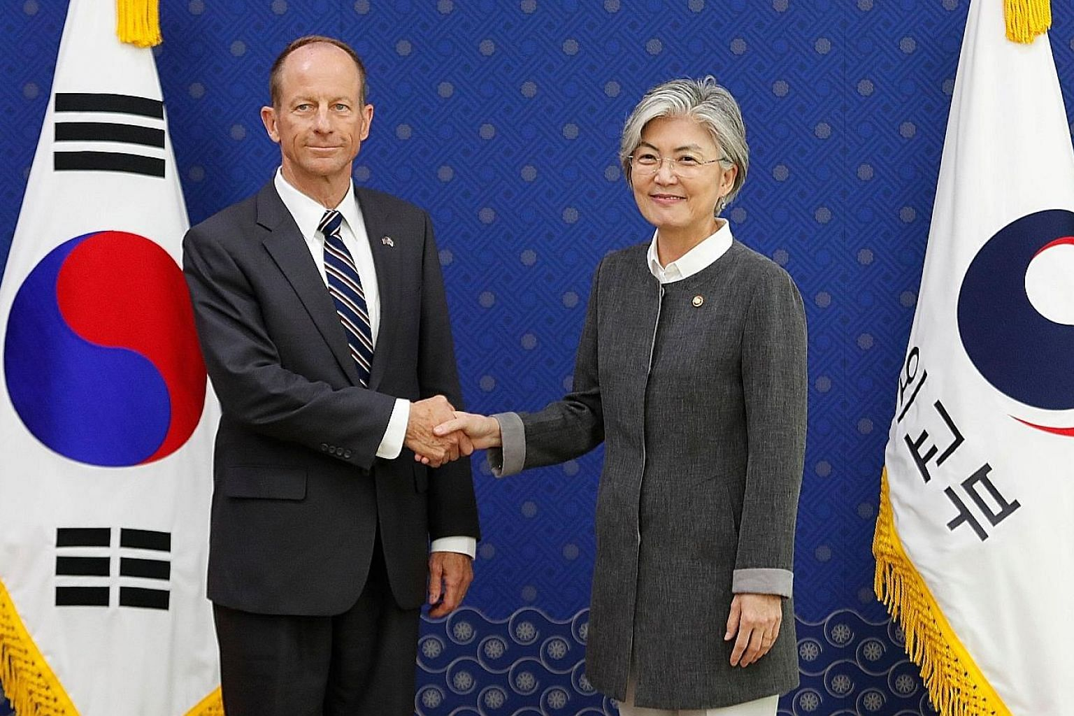 US Assistant Secretary of State for East Asian and Pacific Affairs David Stilwell meeting South Korean Foreign Minister Kang Kyung-wha on the last day of his three-day visit to Seoul yesterday.