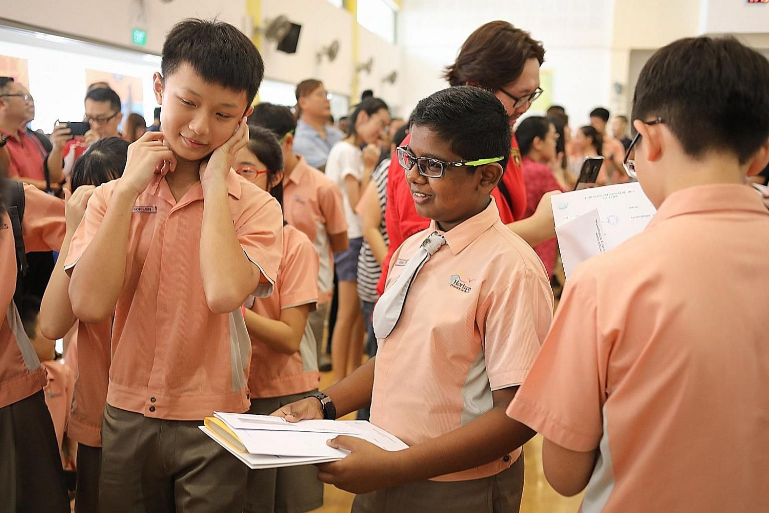 Pupils from Horizon Primary School collecting their Primary School Leaving Examination (PSLE) results on Nov 22 last year. From 2021, the PSLE score for Secondary 1 posting will be the sum of Achievement Levels for four subjects. ST PHOTO: ONG WEE JI