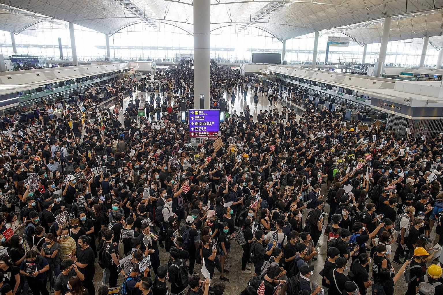 Protesters swarming the departure hall of Hong Kong airport yesterday, the fifth continuous day that they have occupied the facility. PHOTO: REUTERS