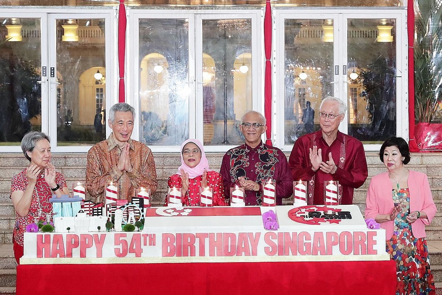 Prime Minister Lee Hsien Loong and Mrs Lee with President Halimah Yacob and her husband, Mr Mohamed Abdullah Alhabshee, as well as Emeritus Senior Minister Goh Chok Tong and Mrs Goh, at the cake-cutting ceremony during the annual National Day Recepti
