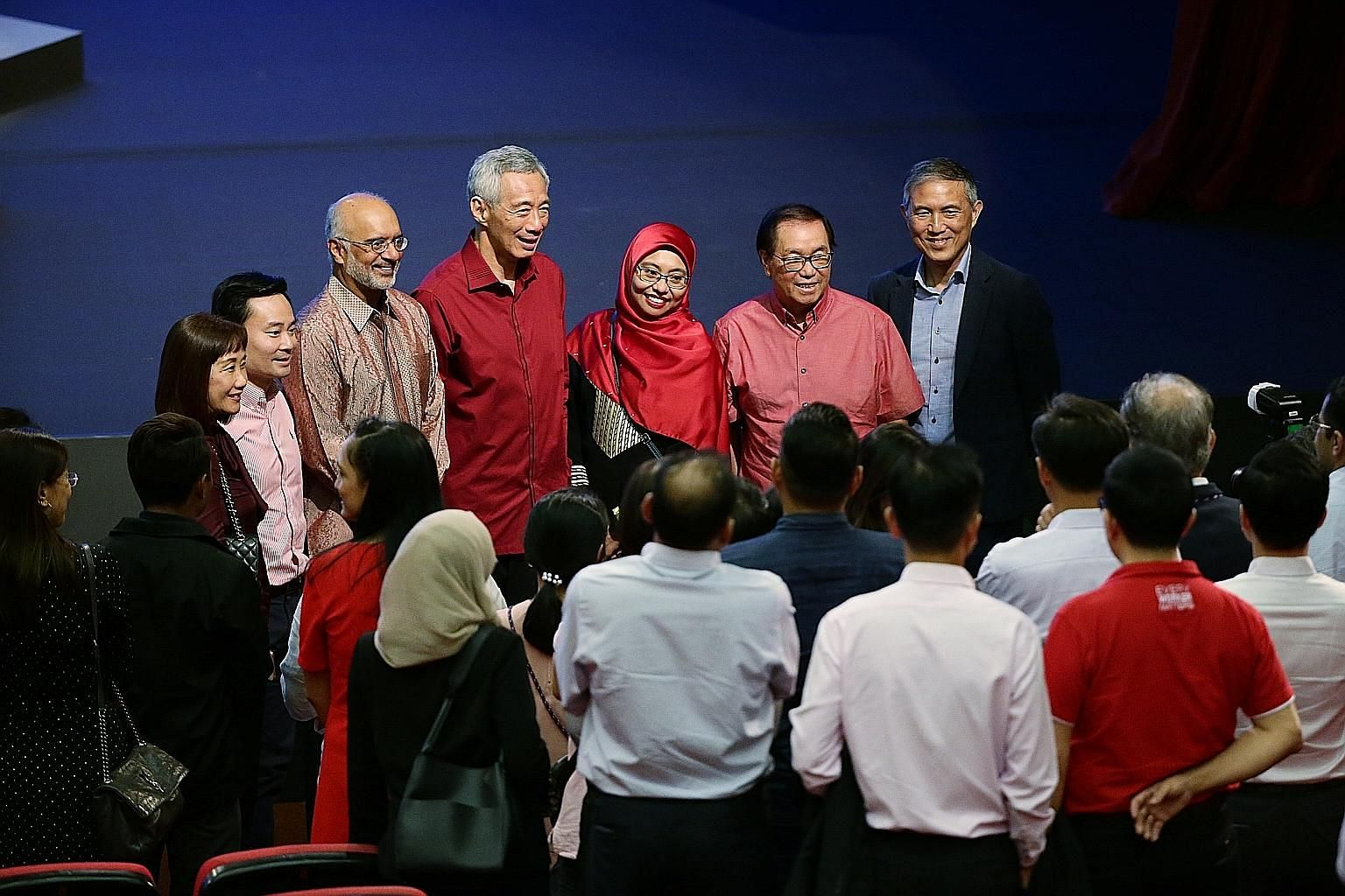 Prime Minister Lee Hsien Loong, flanked by DBS chief executive Piyush Gupta and DBS customer service officer Nahariah Mohd Nor, as well as DBS chairman Peter Seah (second from right) and other bank employees at ITE College Central yesterday. At the N