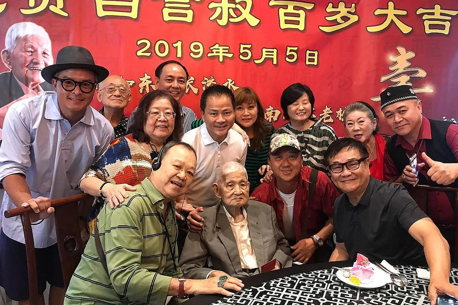 (Above) Show business veterans at Bai Yan's 100th birthday celebration in May. (From far left) Former television actresses Ye Sumei and Chen Bifeng, who worked with Bai Yan in the 1980s and were his goddaughters, were at the wake.