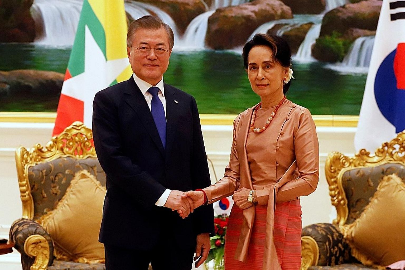 South Korean President Moon Jae-in meeting Myanmar's de facto leader Aung San Suu Kyi at the presidential palace in Naypyitaw yesterday.