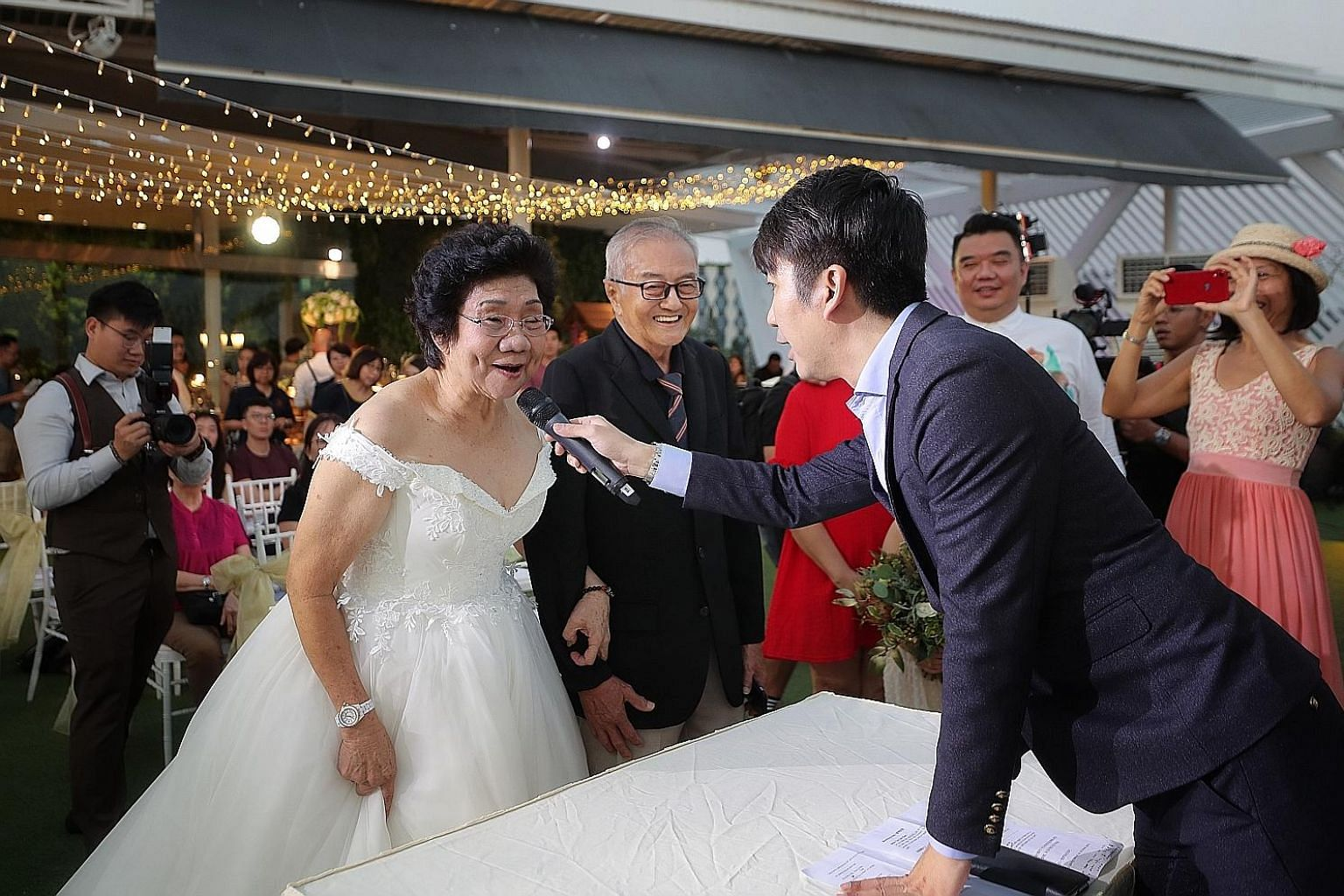 For Mr Ong Soh Lim, 80, and Madam Teo Soh Bee, 74, it was a truly special moment as they exchanged vows once again to celebrate their 54th wedding anniversary at Sky Garden Sentosa. Their children and grandchildren helped plan the walk down the aisle