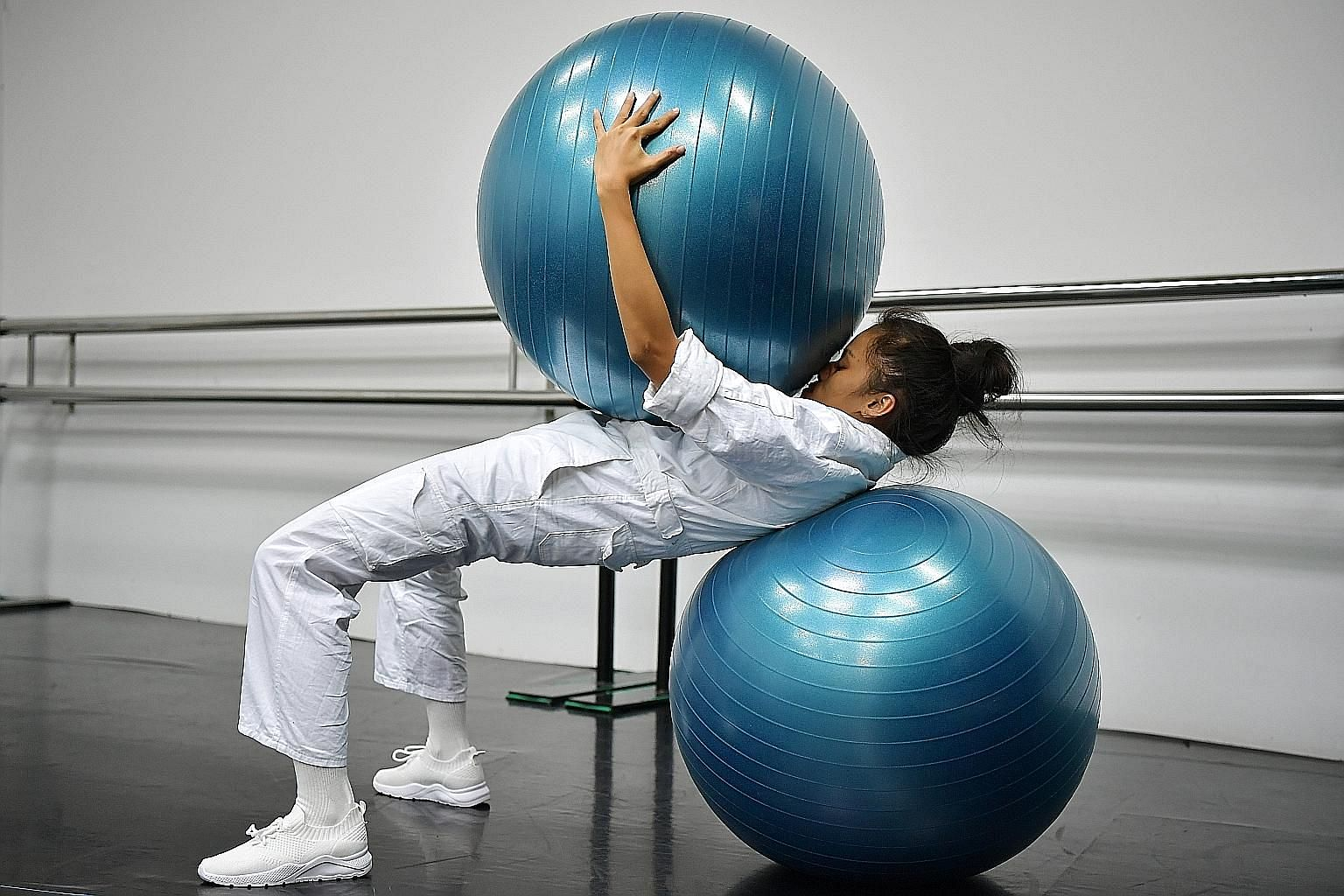 In Being, And Organs, dancer Pichmutta Puangtongdee aims to balance herself atop two exercise balls to depict her uneasy navigation between humanity and technology.