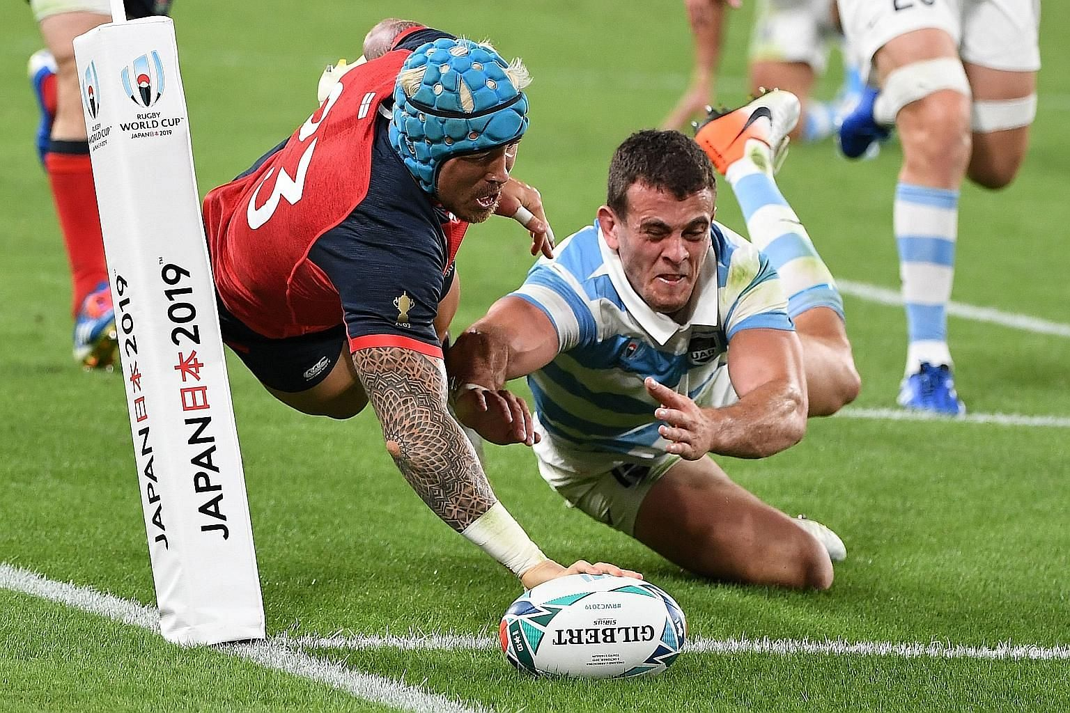England winger Jack Nowell scoring a try during his team's 39-10 win over Argentina in their Rugby World Cup Pool C match at the Tokyo Stadium yesterday. PHOTO: AGENCE FRANCE-PRESSE