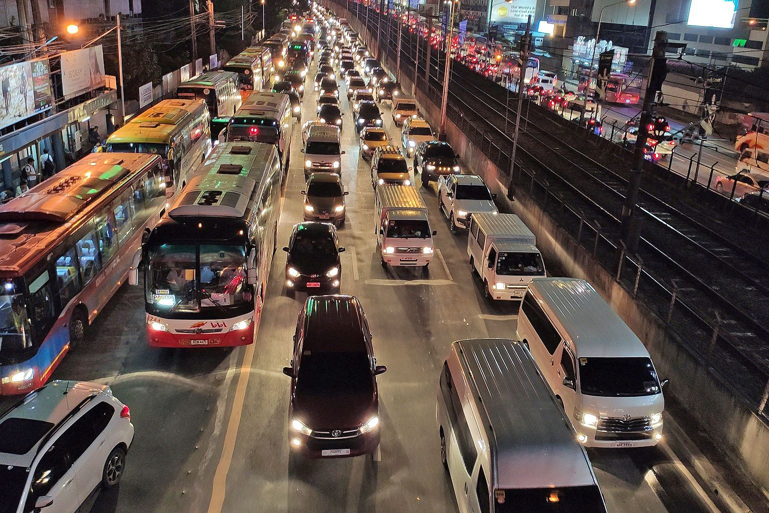 Traffic in Metro Manila crawls at a pace of 4.9 minutes per kilometre, according to the Google-owned transport app Waze. Tight security is likely to result in even worse traffic conditions during the SEA Games. ST PHOTO: RAUL DANCEL