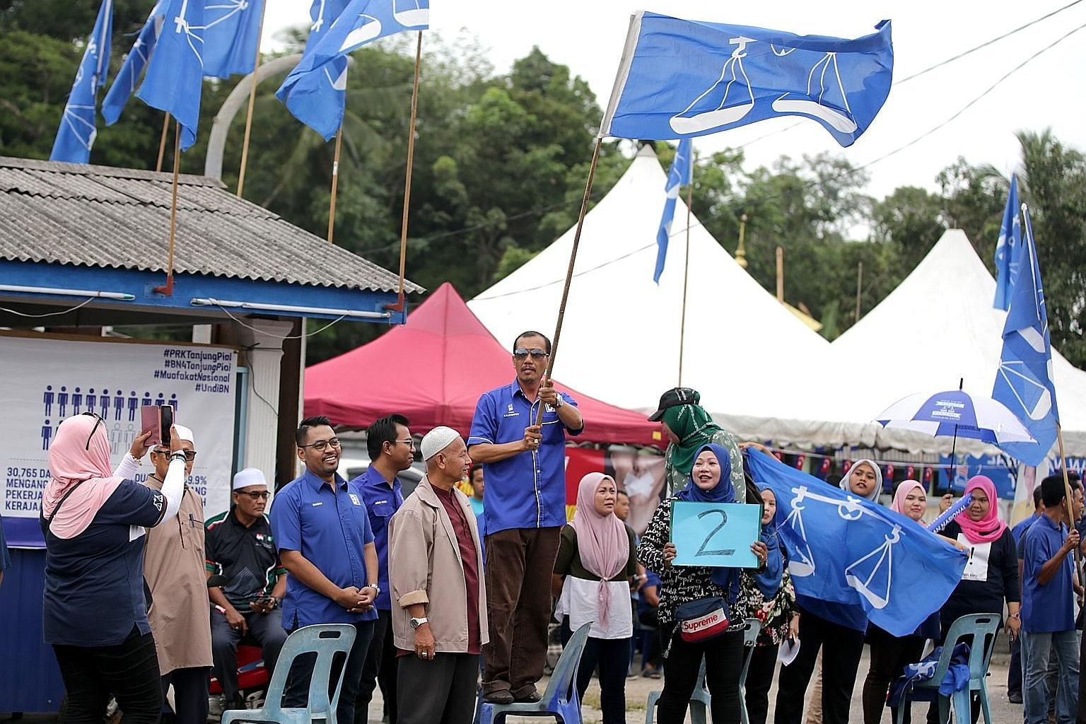 Barisan Nasional supporters at the SK Telok Kerang polling centre on Saturday.