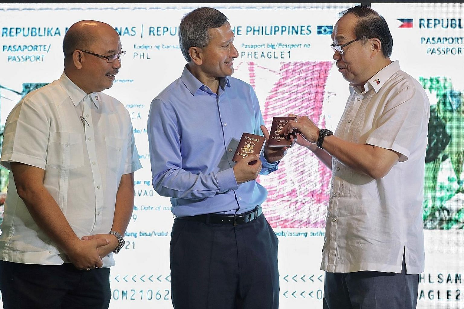 """Foreign Minister Vivian Balakrishnan receiving the """"passports"""" of the two eagles - Geothermica and Sambisig (right) - from Philippine Ambassador Joseph Del Mar Yap at Jurong Bird Park yesterday. With them is Mr Ricardo L. Calderon, Assistant Secretar"""