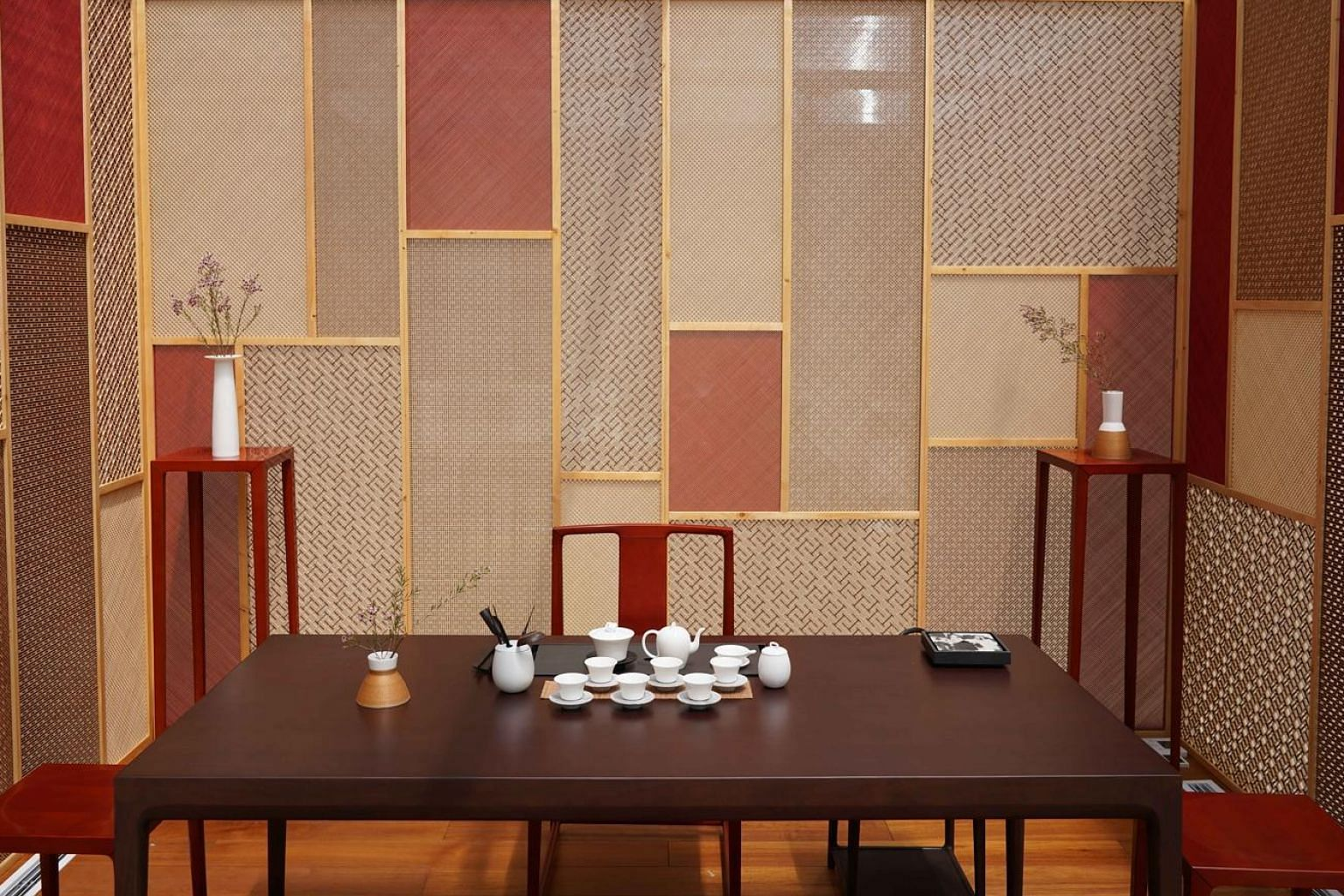 Like a sort of customisable package deal, Shang Xia designs the walls and ceilings and proposes the furniture and related objects, such as tea sets, tea tools, incense and flowers.