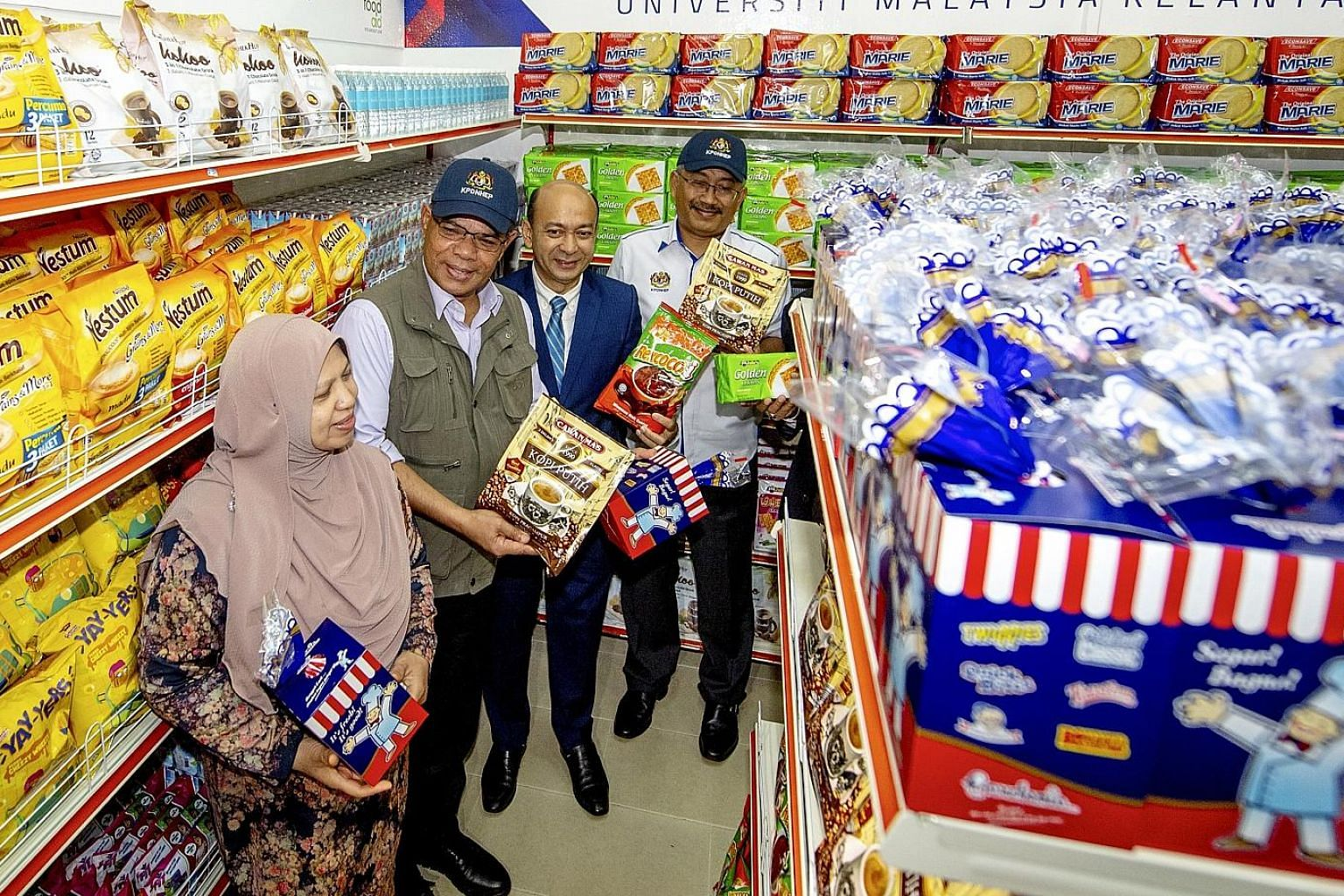 Domestic Trade and Consumer Affairs Minister Saifuddin Nasution Ismail (second from left) and his wife, Datin Seri Norhayati Musa, visiting the Universiti Malaysia Kelantan food bank last November. With them was deputy vice chancellor for student aff