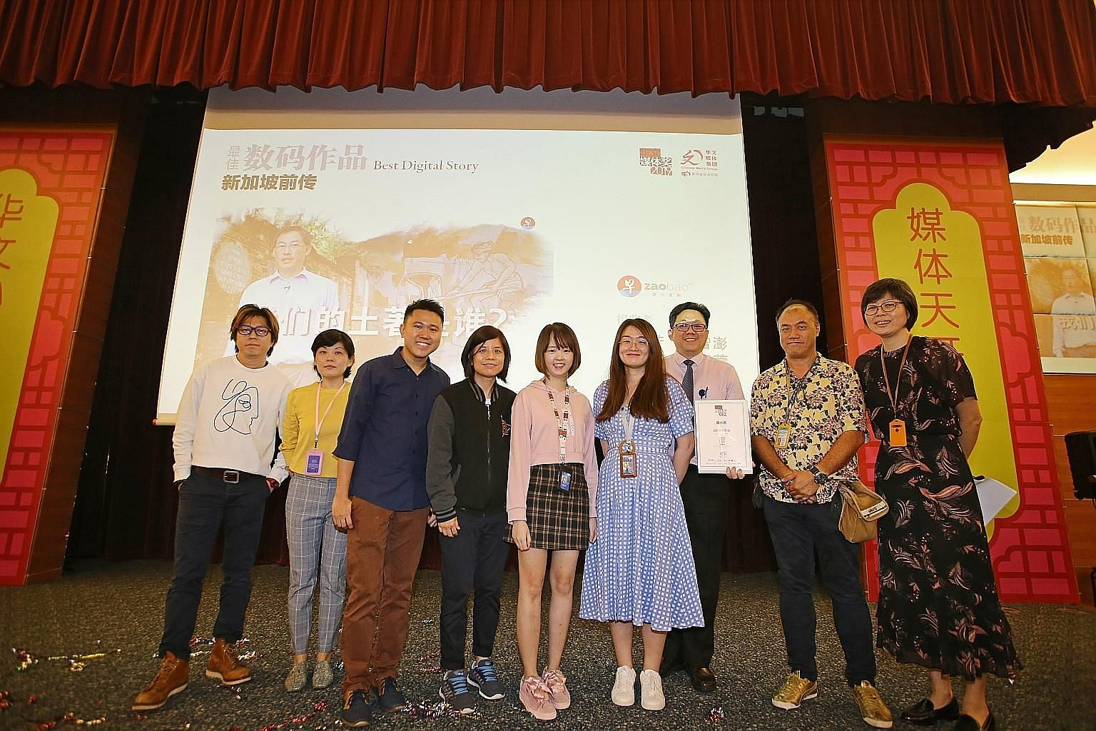 Singapore Press Holdings chief executive Ng Yat Chung (third from right) and Chinese Media Group head Lee Huay Leng (far right) with the team behind Treasures Before Us, which won Best Digital Story, (from left) Mr Ho Chin Wee, Ms Ang Hui Cheng, Mr L