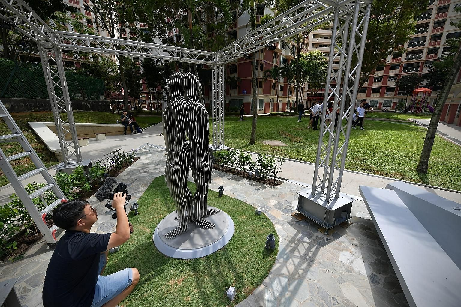 """The marker portrays two figures standing back to back, one looking back at the past, and the other forward to the future. The words """"Never fear"""", used in founding Prime Minister Lee Kuan Yew's 1965 speech """"From Mudflats To Metropolis"""", are embedded i"""