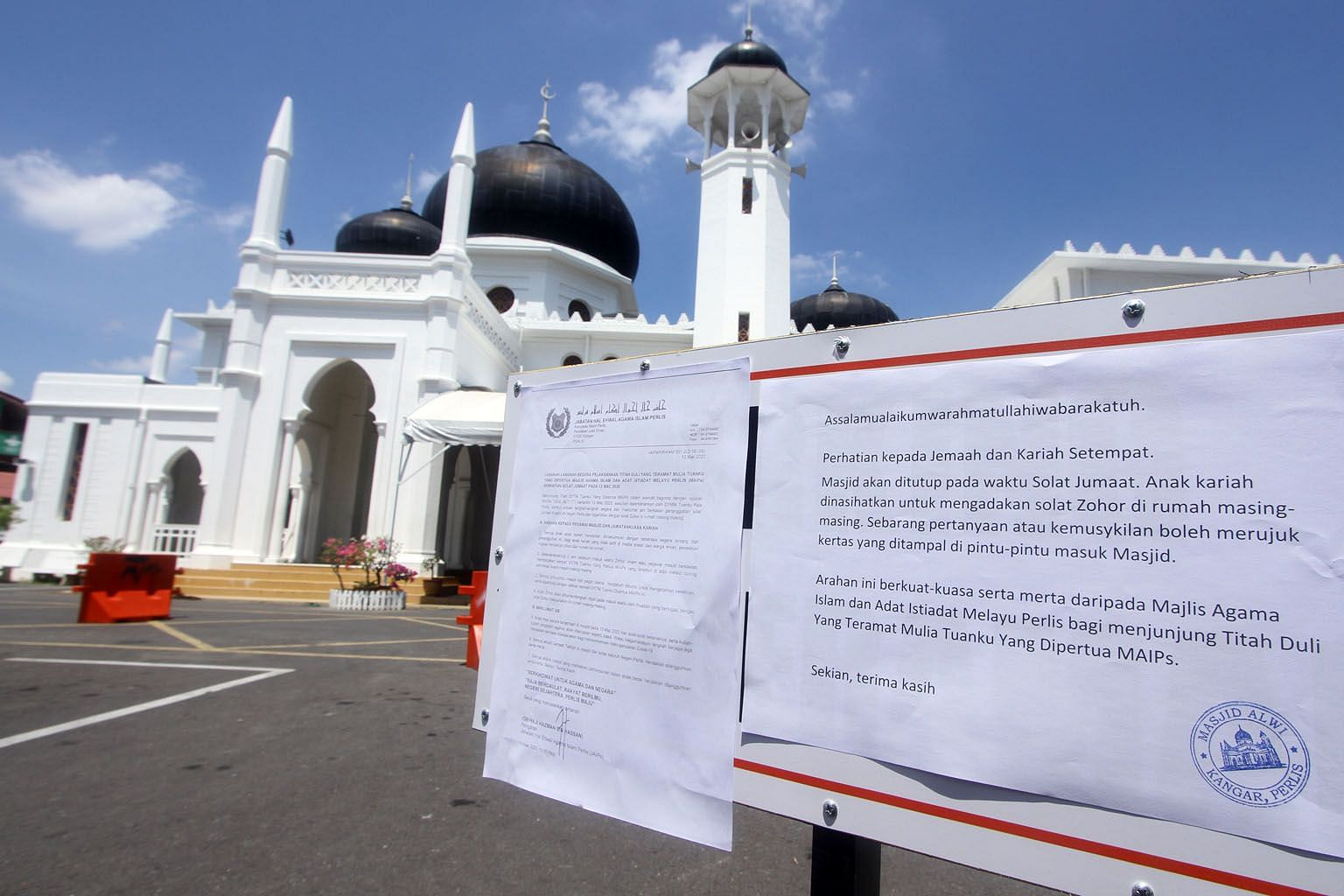 A notice on the cancellation of Friday prayers at the Alwi Mosque in Kangar, Perlis, yesterday. Malaysian Prime Minister Muhyiddin Yassin said yesterday that all big gatherings such as international meetings, sporting and social events will be cancel