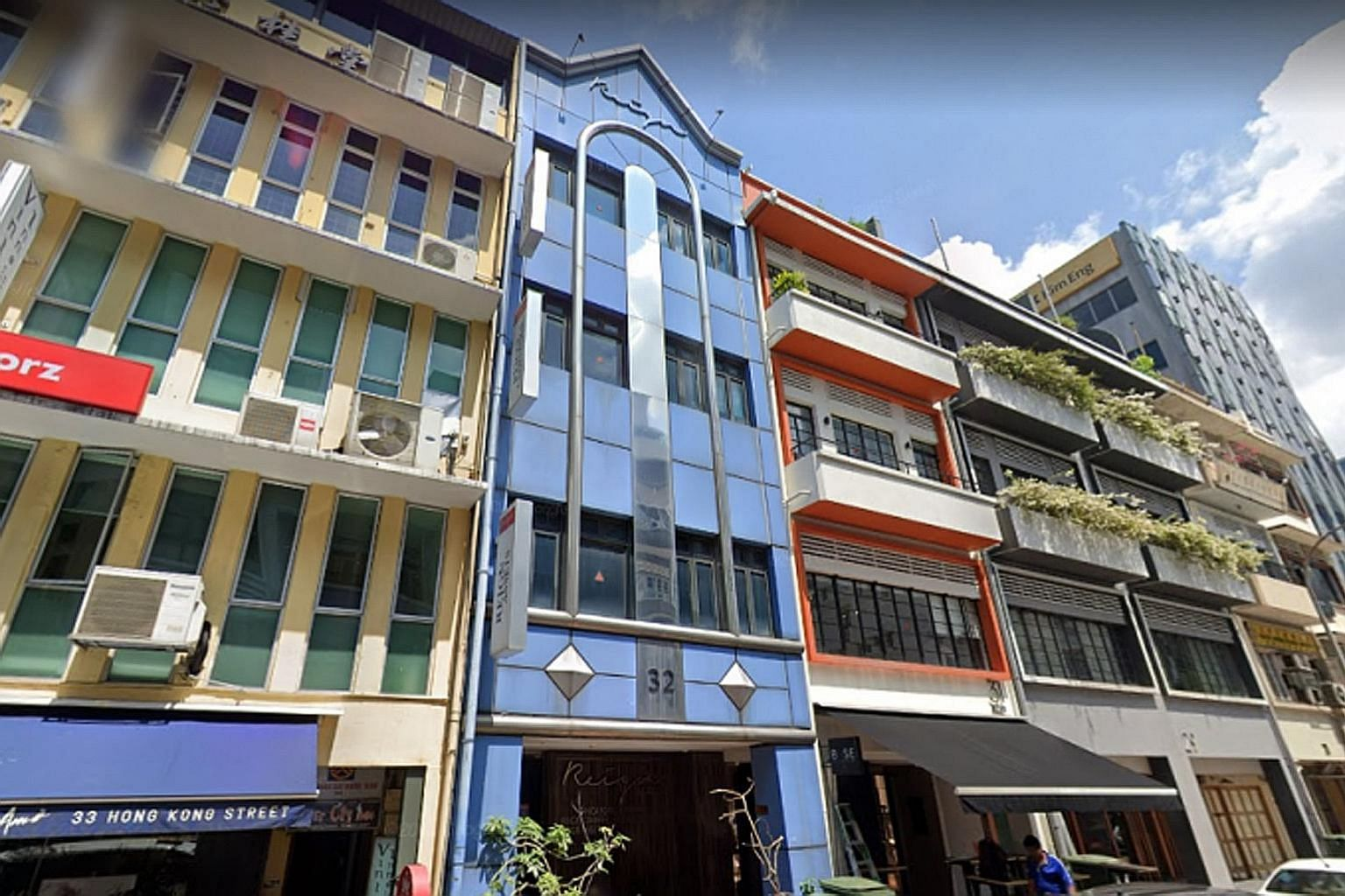 The 32 Hongkong Street shophouse (in blue) sits on an envelope control site spanning about 1,717 sq ft and is zoned for commercial use. It has an allowable building height of up to six storeys and a plot ratio of 4.2.