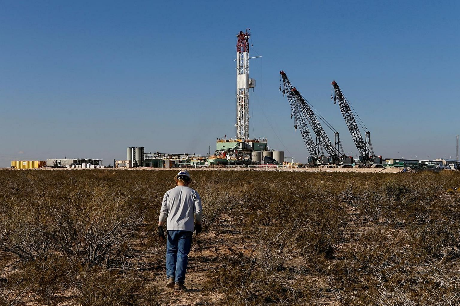 An oil drilling rig in Loving County, Texas, last year. The oil price collapse is reverberating across the industry, with crude explorers shutting down 13 per cent of the American drilling fleet last week.