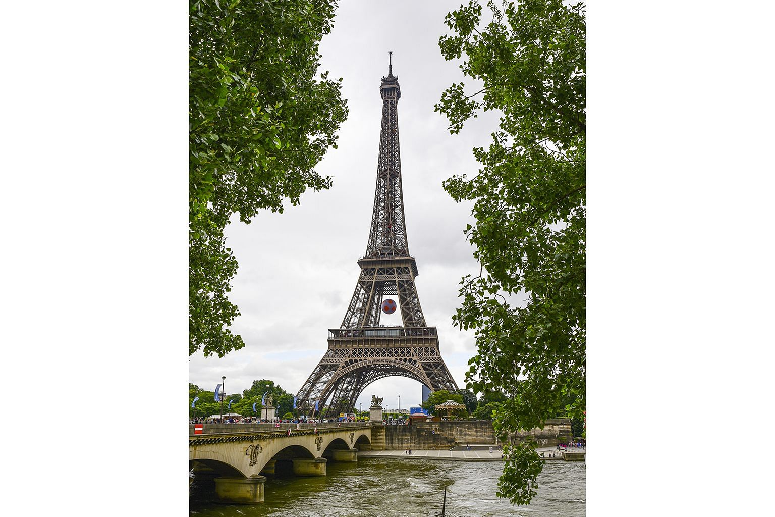 Travel hot spos: The Eiffel Tower in Paris.