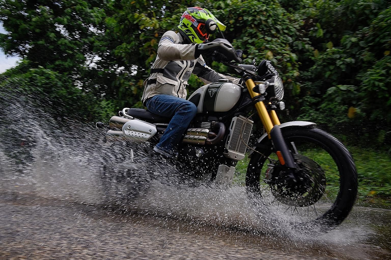 The Triumph Scrambler 1200 XE can do some light off-road sessions and its appeal lies in its classic lines and modern technology.