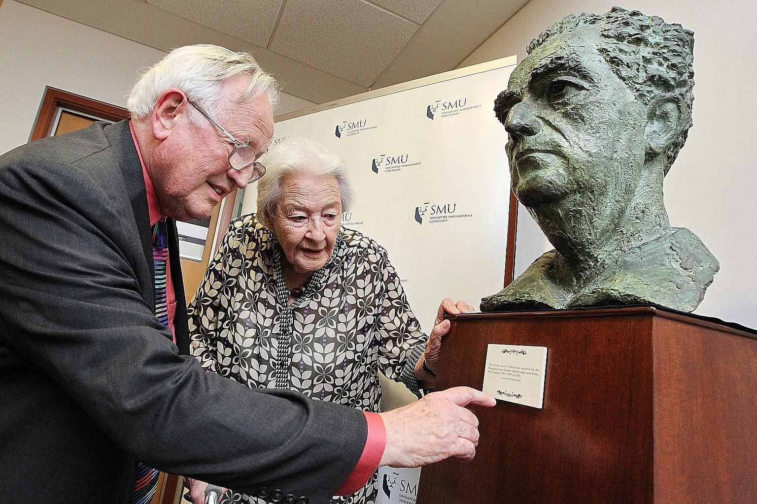 Professor Michael Furmston, the first dean of Singapore Management University's School of Law, viewing a sculpture of Mr David Marshall with the late politician's wife Jean in 2011. Prof Furmston died last Sunday. PHOTO: SINGAPORE MANAGEMENT UNIVERSI